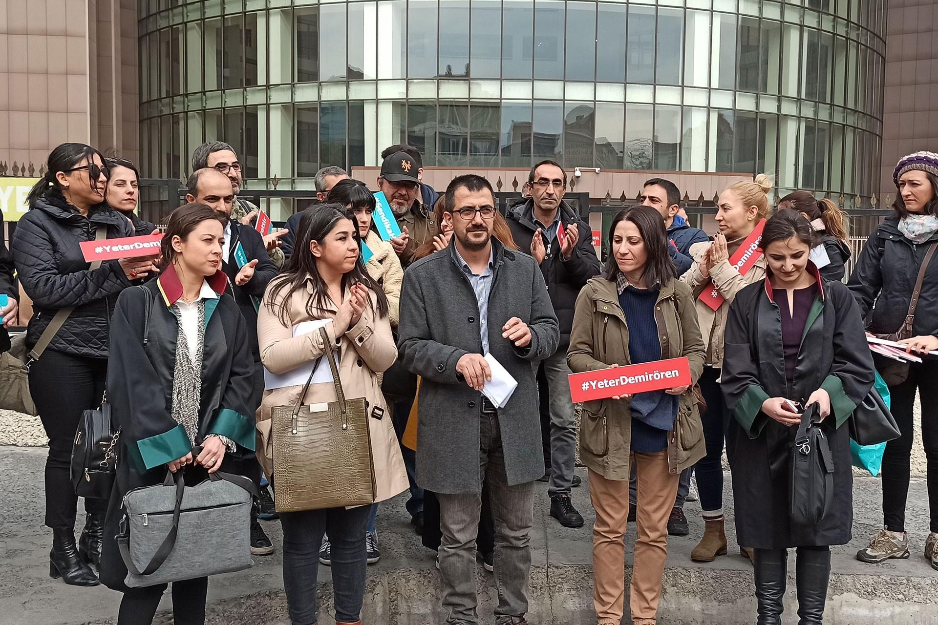 Hürriyet davası öncesi Bakırköy Adliyesi önünde açıklama yapan TGS üyeleri