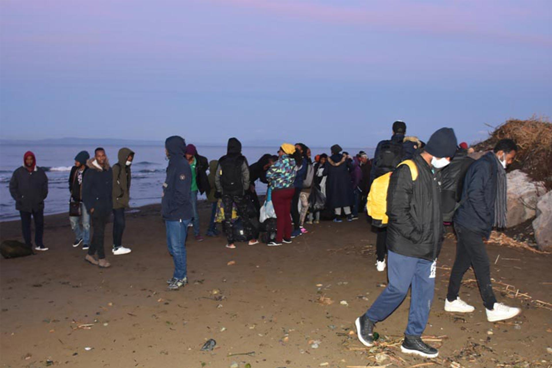 İzmir'de sahilde bekleyen mülteciler