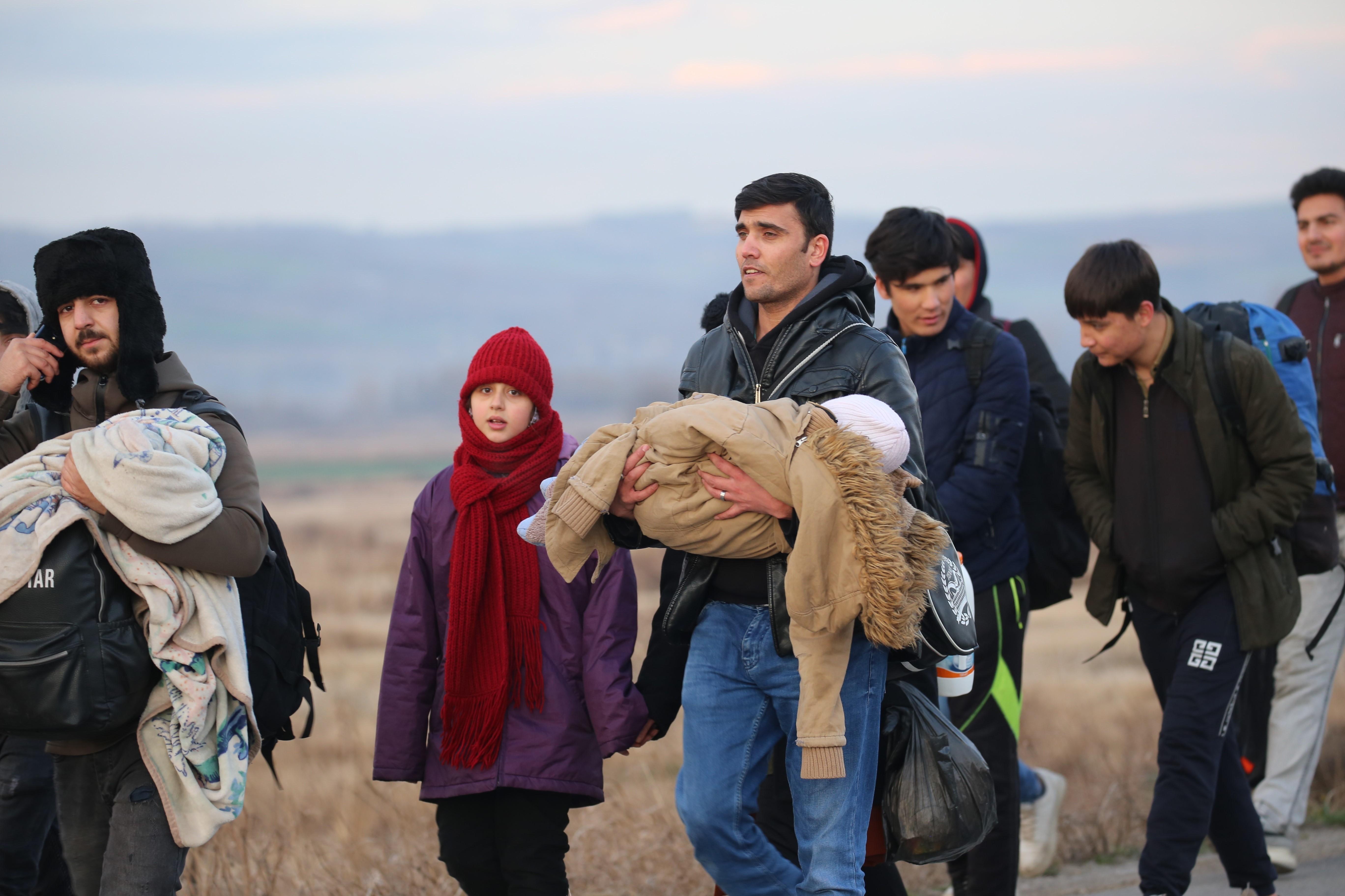 Edirne'de Pazarkule sınır kapısına yürüyen mülteciler