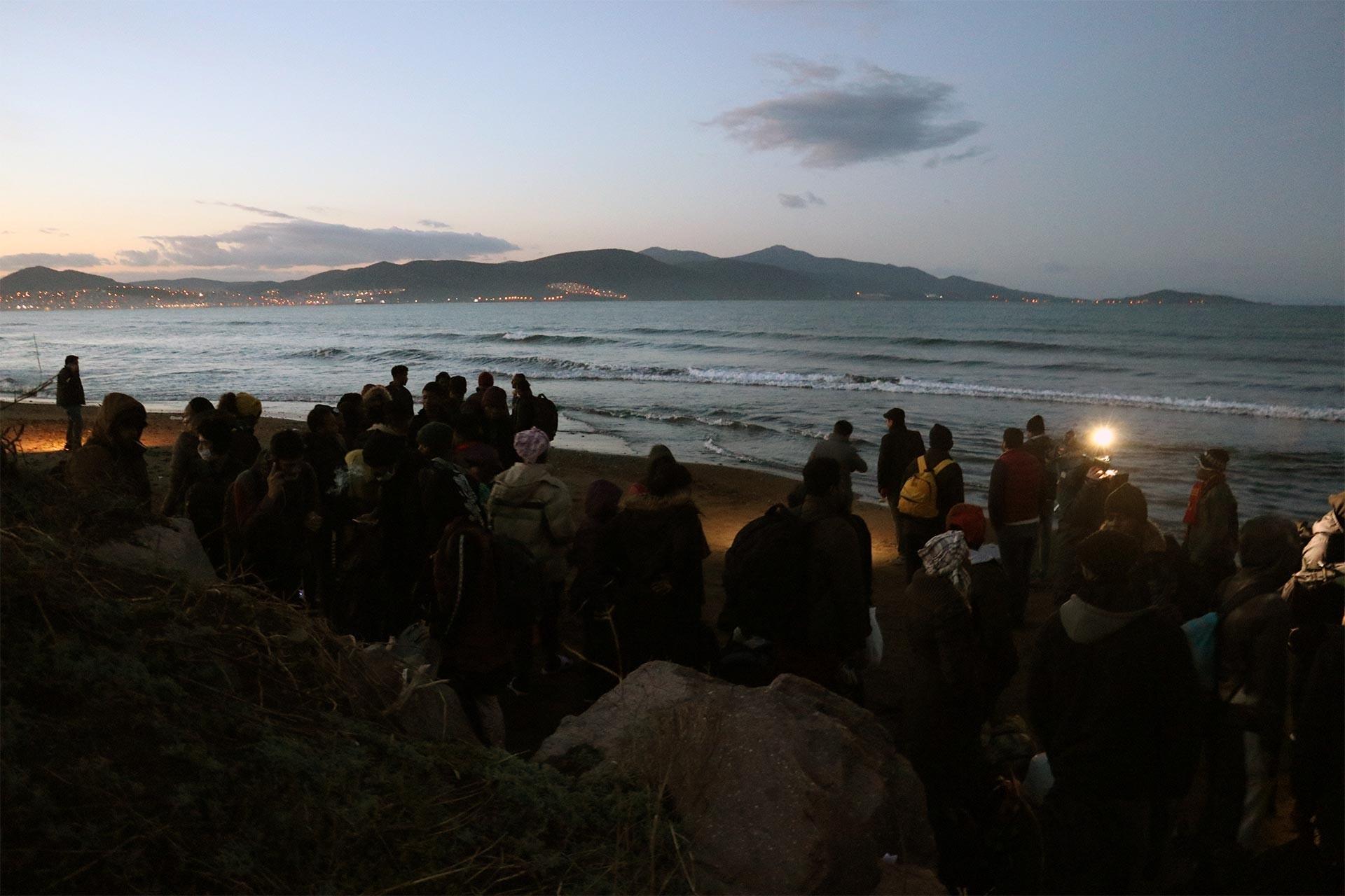 İzmir'den Yunan adalarına geçmek için sahilde bekleyen mülteciler