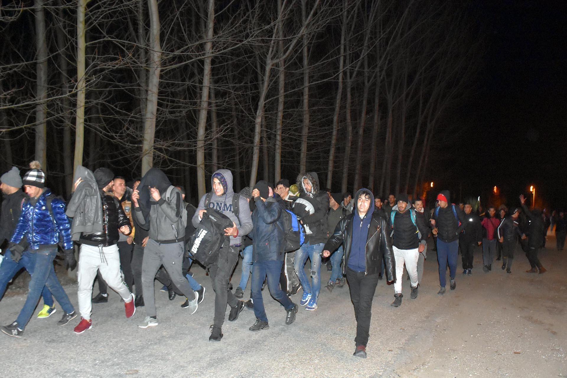 Sınıra yürüyen mülteciler