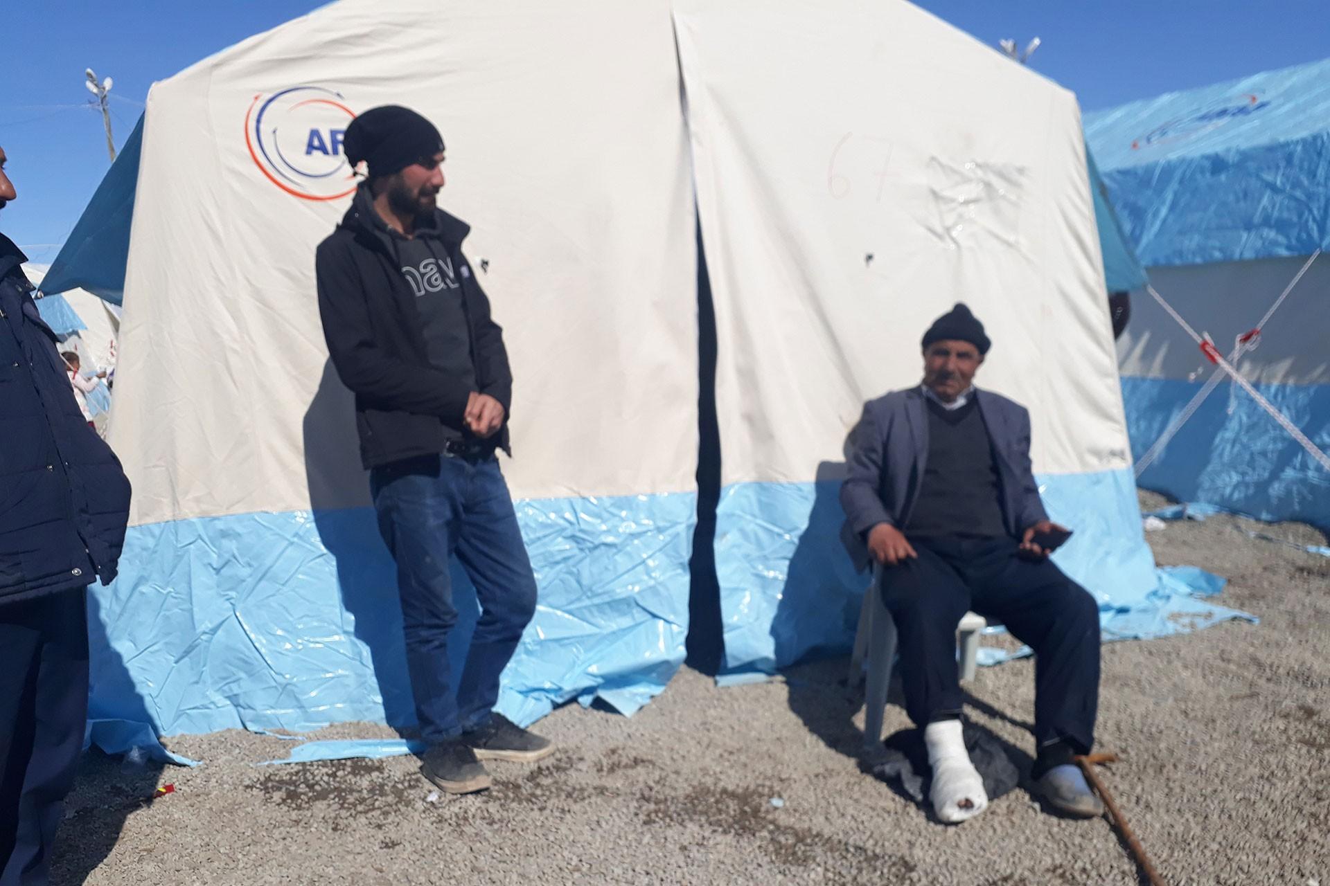 Çadırın önünde oturan depremzede