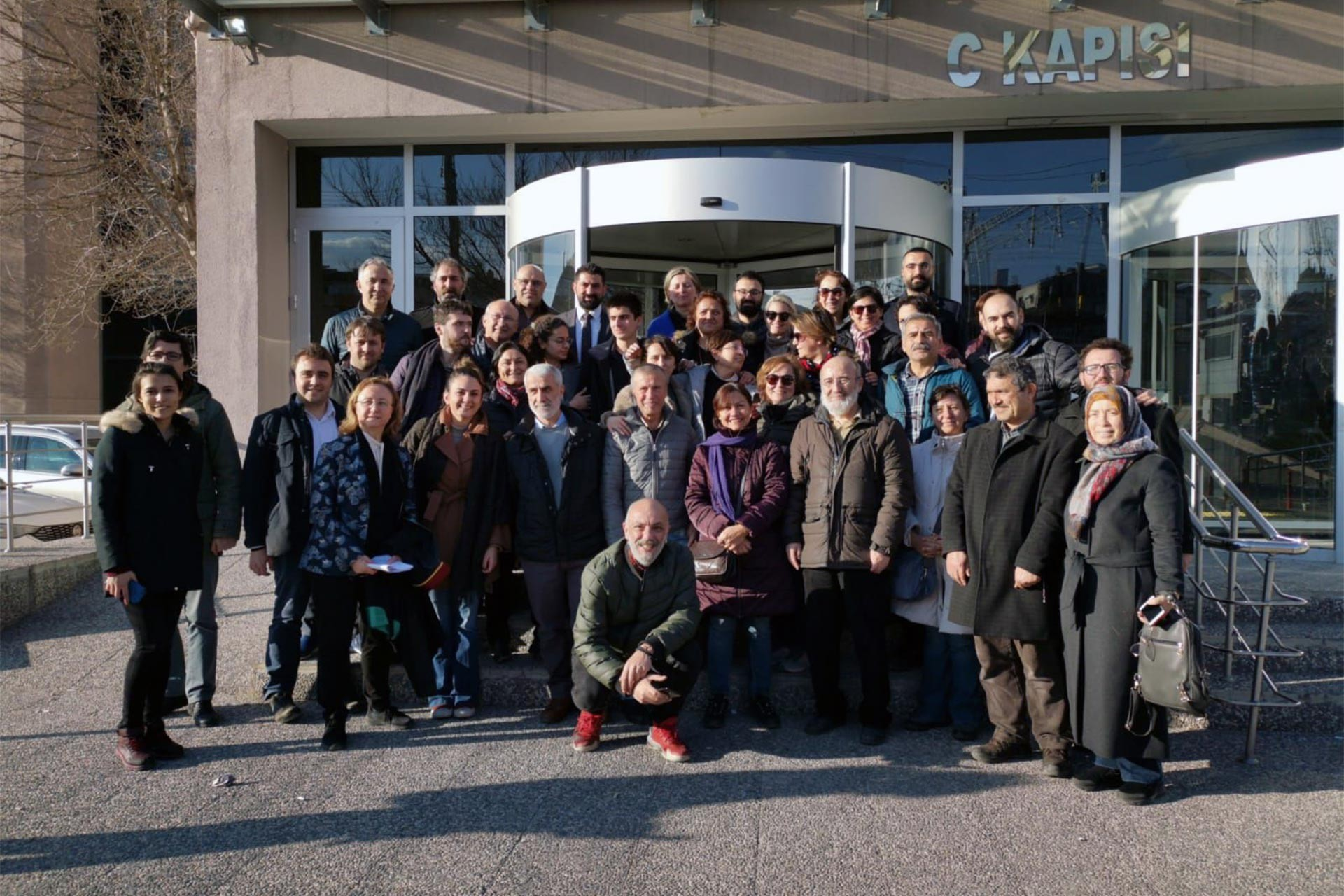 Sputnik çalışanları serbest bırakıldıktan sonra gazeteci örgütlerinin temsilcileriyle fotoğraf çektirdi
