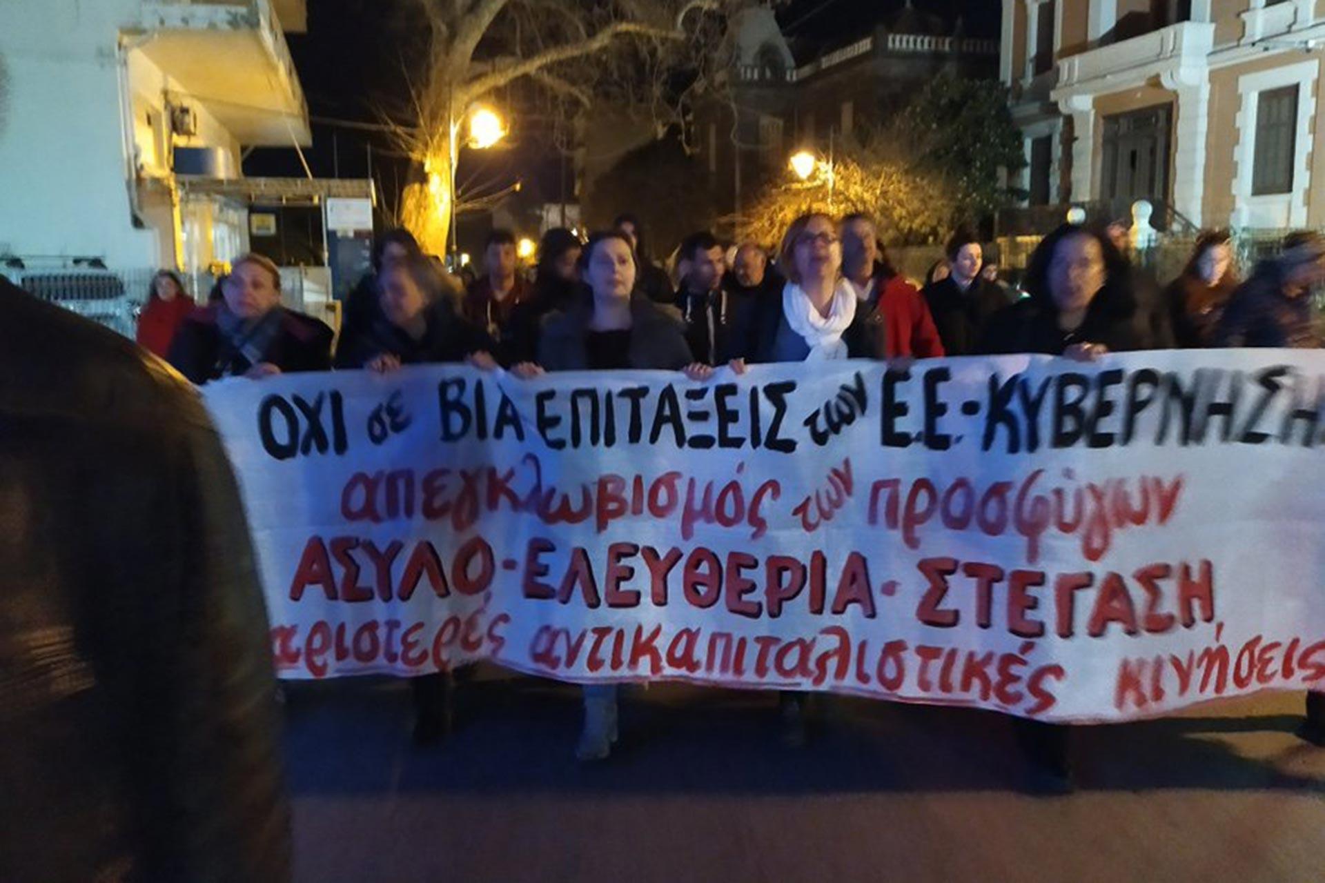 Midilli şehir merkezinde, Lesvos'taki aşırı sağcıların mültecilere yaptıklarına tepki olarak anti-faşist miting gerçekleştirildi.