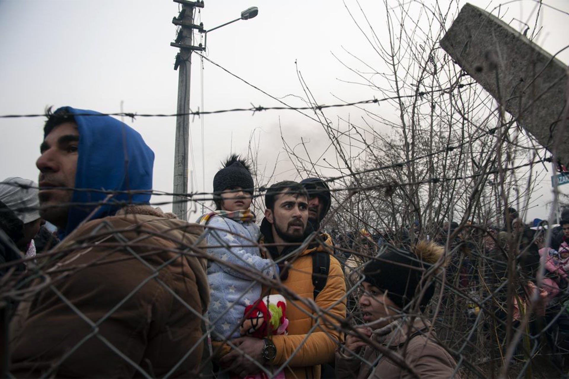 Pazarkule Sınır Kapısında dikenli telin ardında bekleyen mülteciler