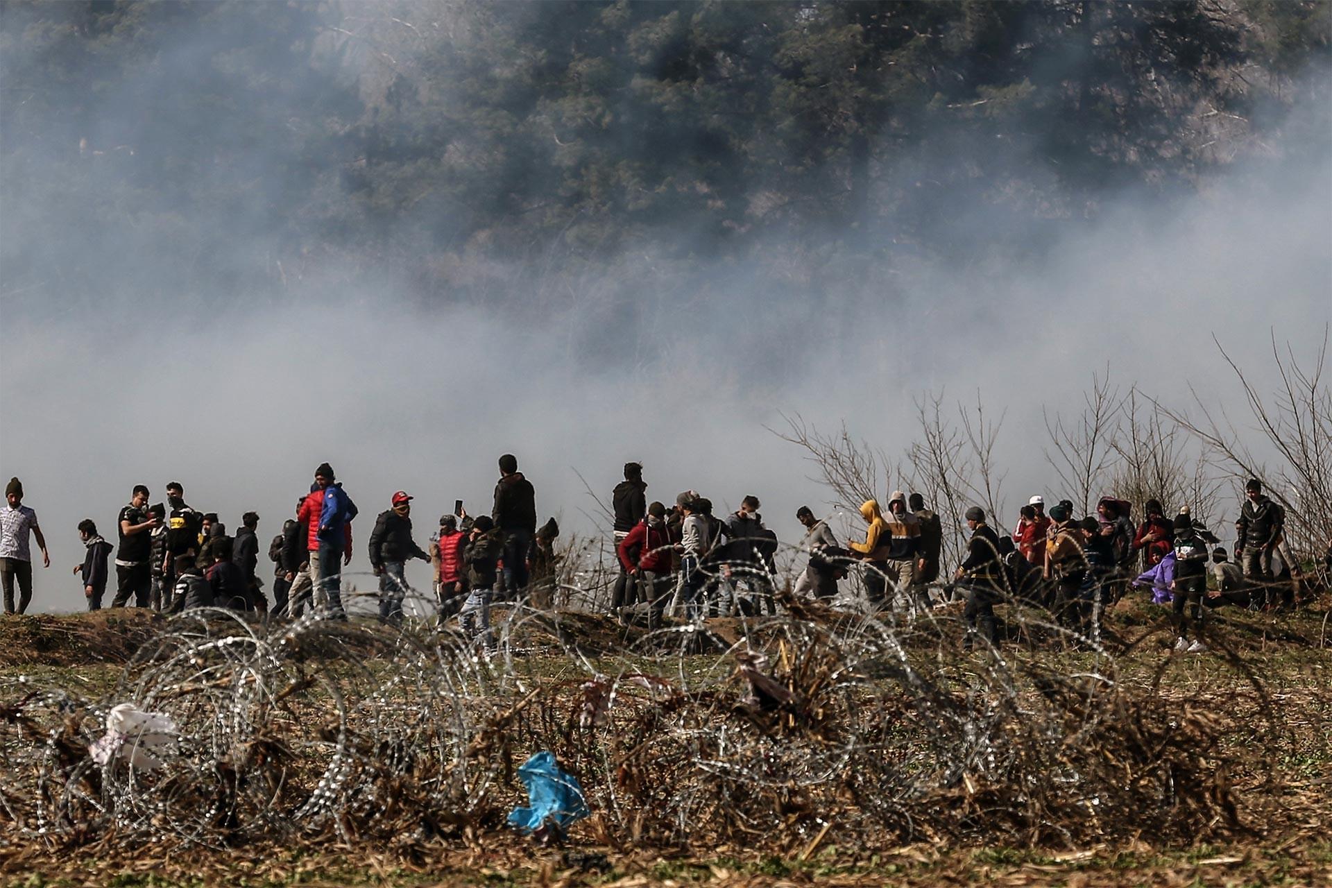 Edirne sınırında bekleyen mülteciler ve havaya yayılan gaz bombası dumanı