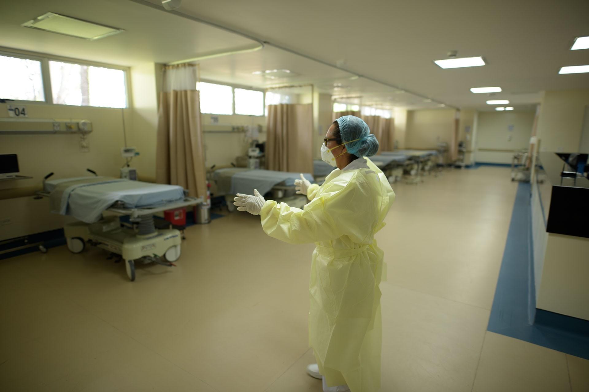 Bir sağlık çalışanı ve boş bir hastane odası