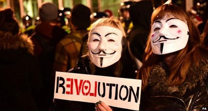 Binlerce 'maskeli' sokağa çıktı