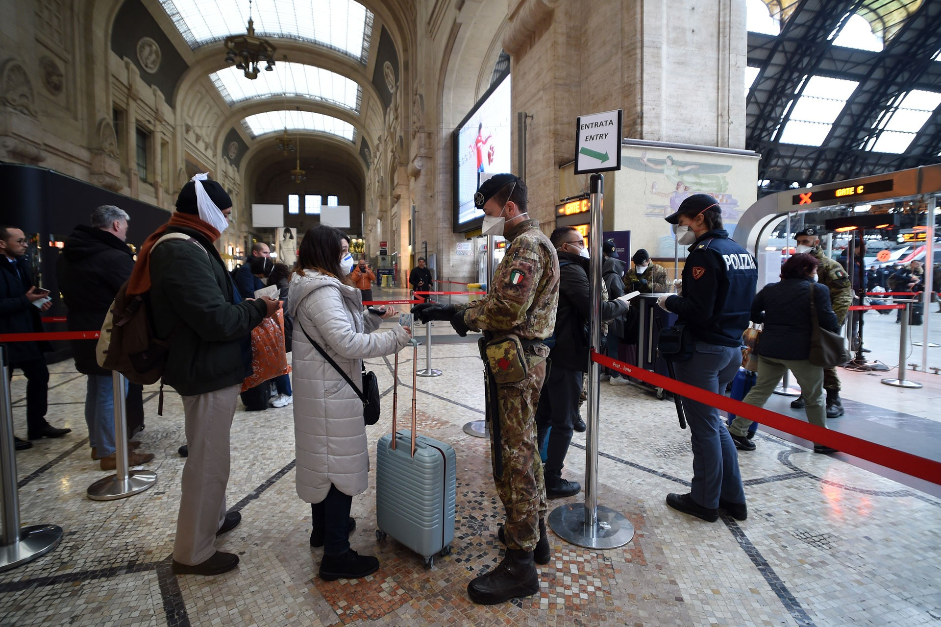 Yolcular (solda) ve kontrol yapan polisler (sağda)