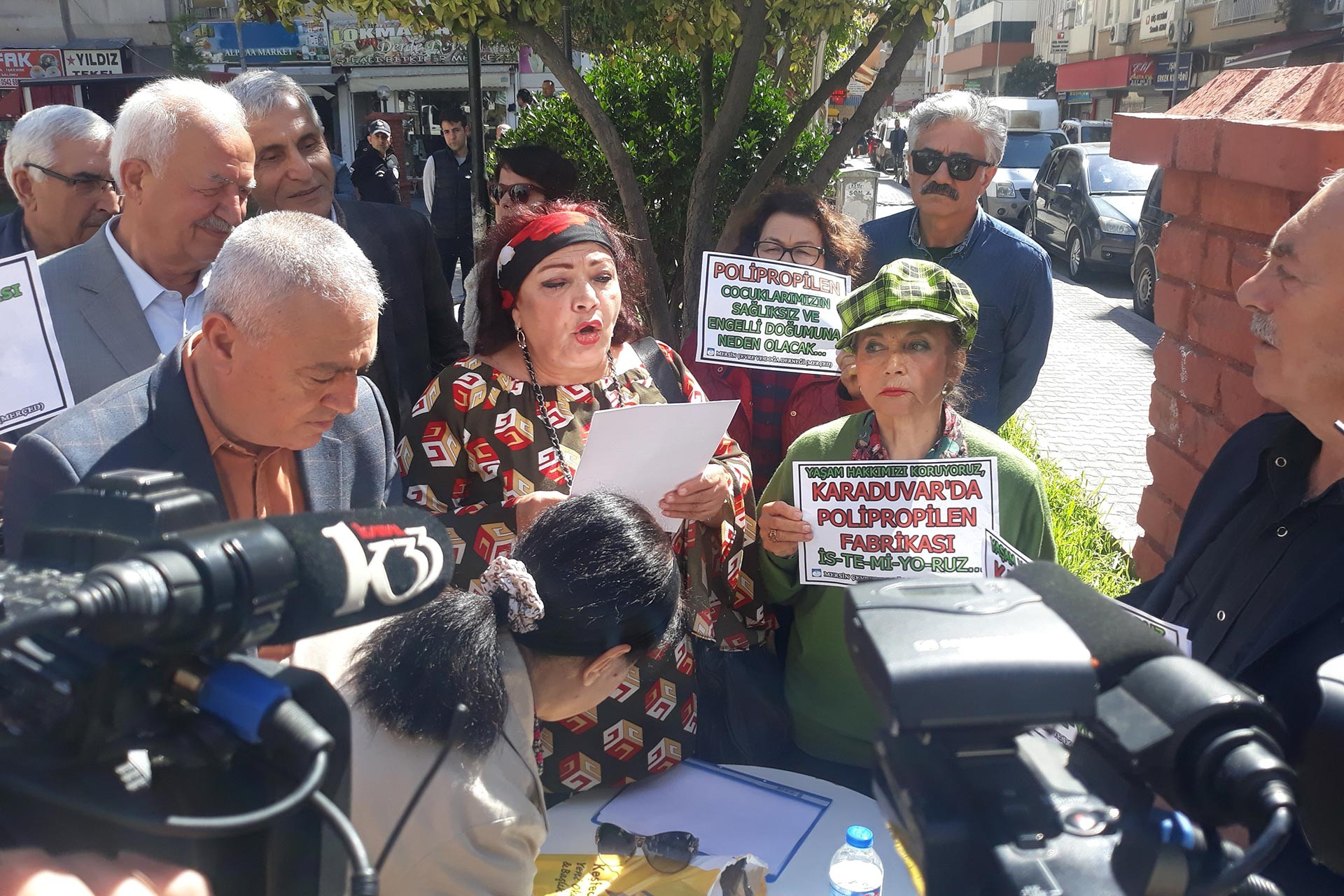 Mersin Çevre ve Doğa Derneği üyeleri, Taşucu Tersanesinin yapılmak istenmesini protesto etti.