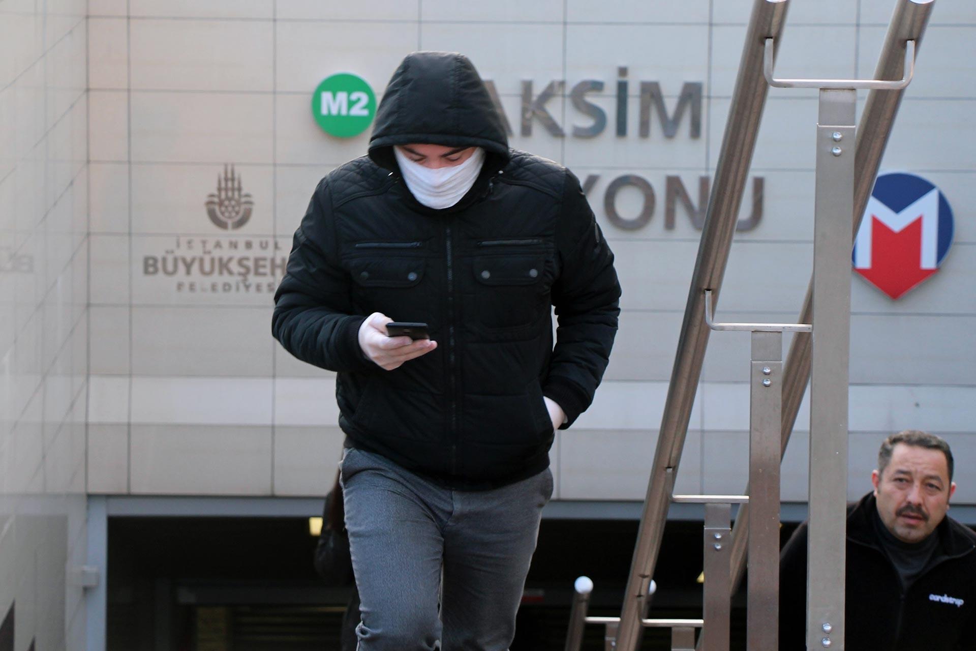 Metrobüs gişesinde yürüyen maskeli vatandaş
