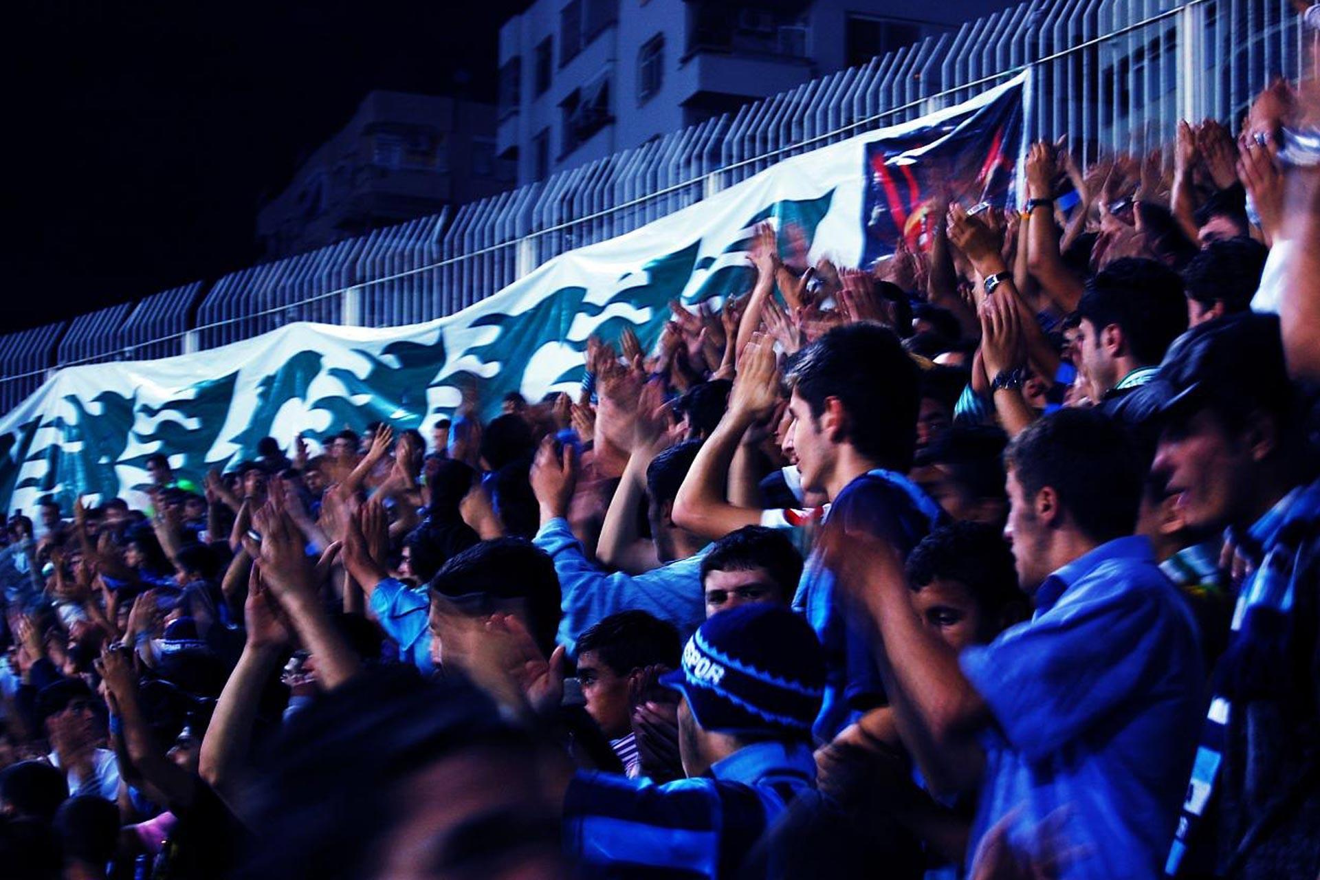 Adana 5 Ocak Stadyumunda bir maç esnasında takımlarını destekleyen taraftarlar