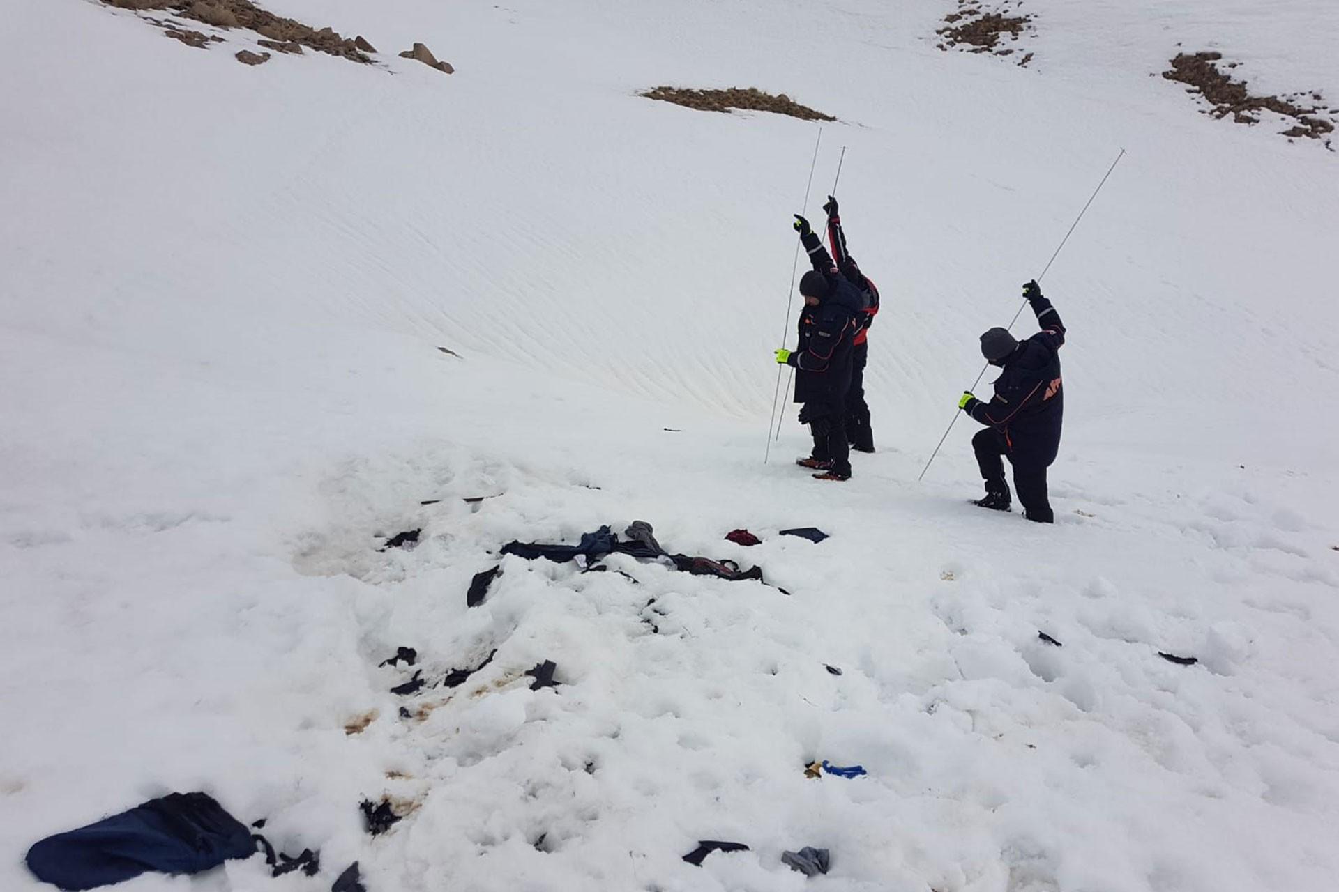 Üç AFAD çalışanı kar altındaki mültecileri çıkarıyor