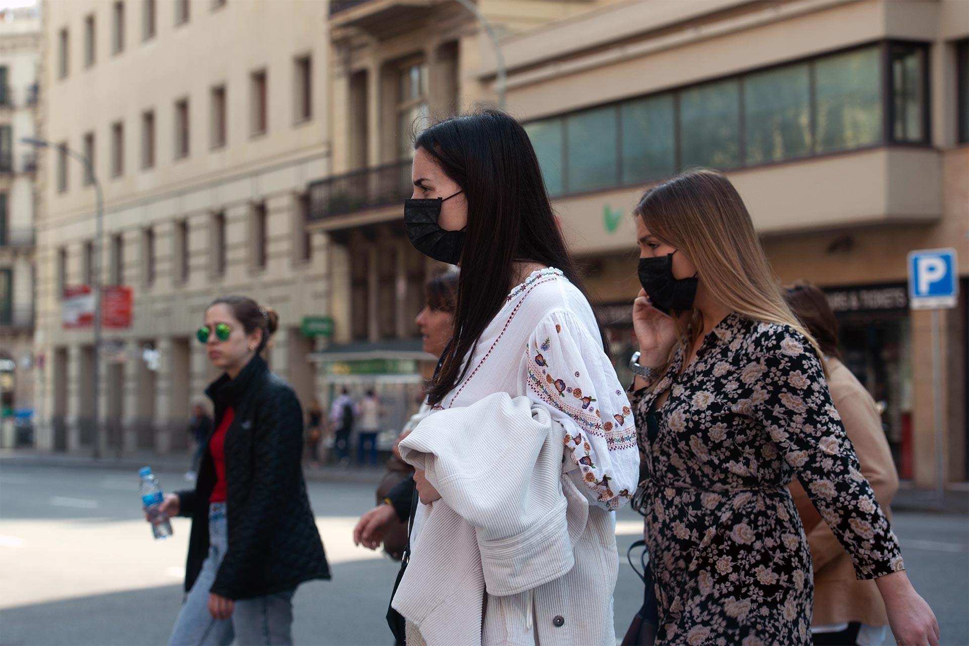 İspanya'da koronavirüsten korunmak için maske takarak gezen kadınlar