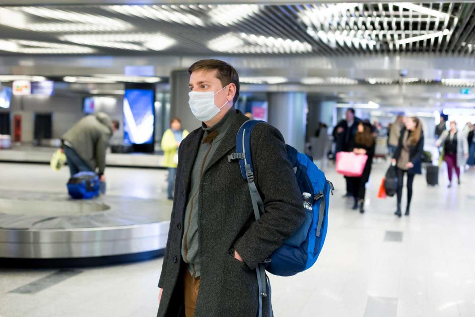 Koronavirüsten korunmak için maske takan bir kişi.