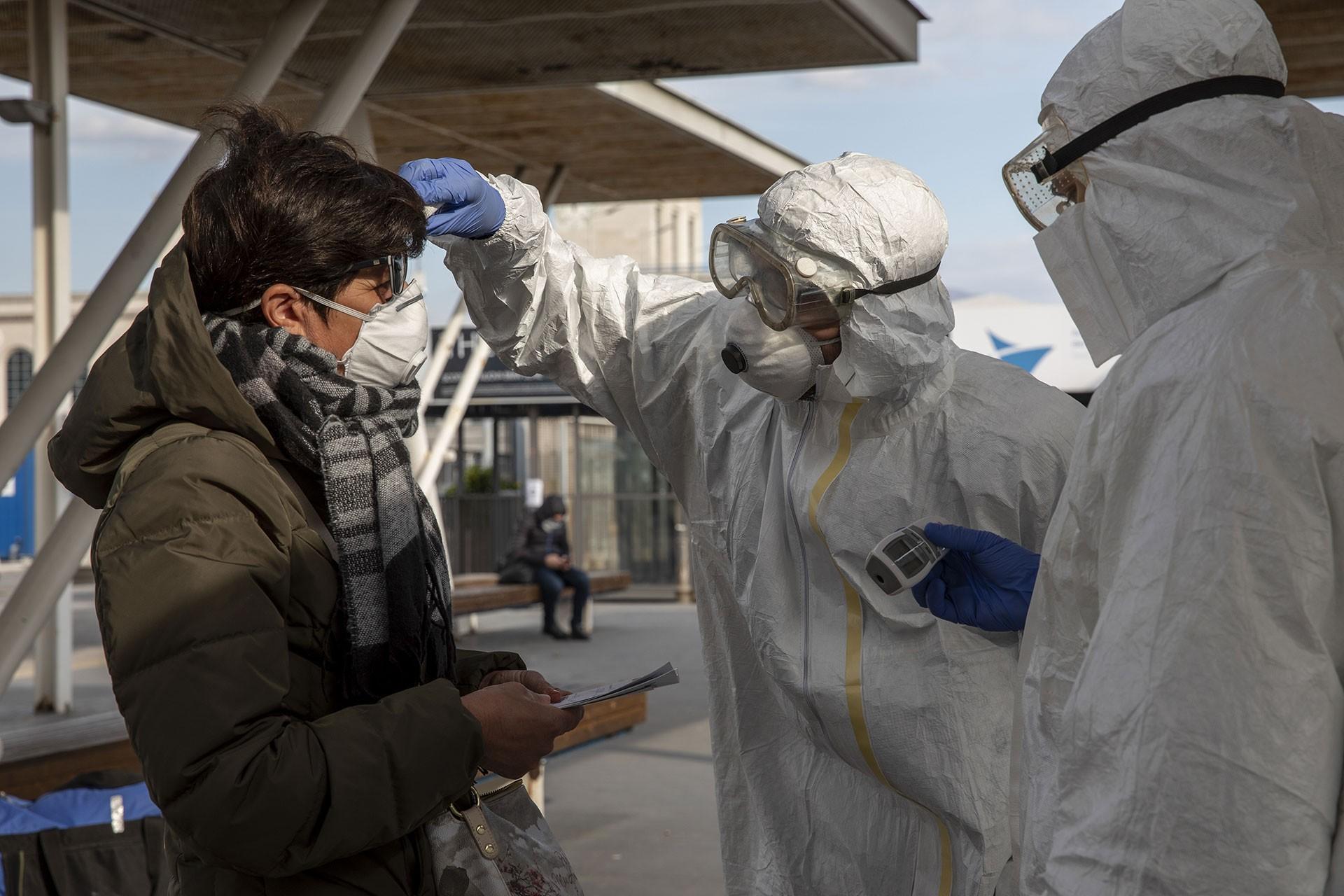 İtalya'da tren istasyonunda koronavirüs kontrolü.