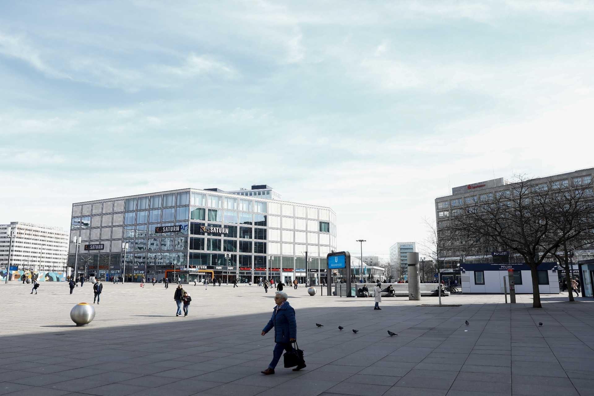 Almanya'nın başkenti Berlin'de koronavirüse karşı alınan tedbirler sonrasında cadde ve sokaklar ile metro istasyonları boş kaldı.