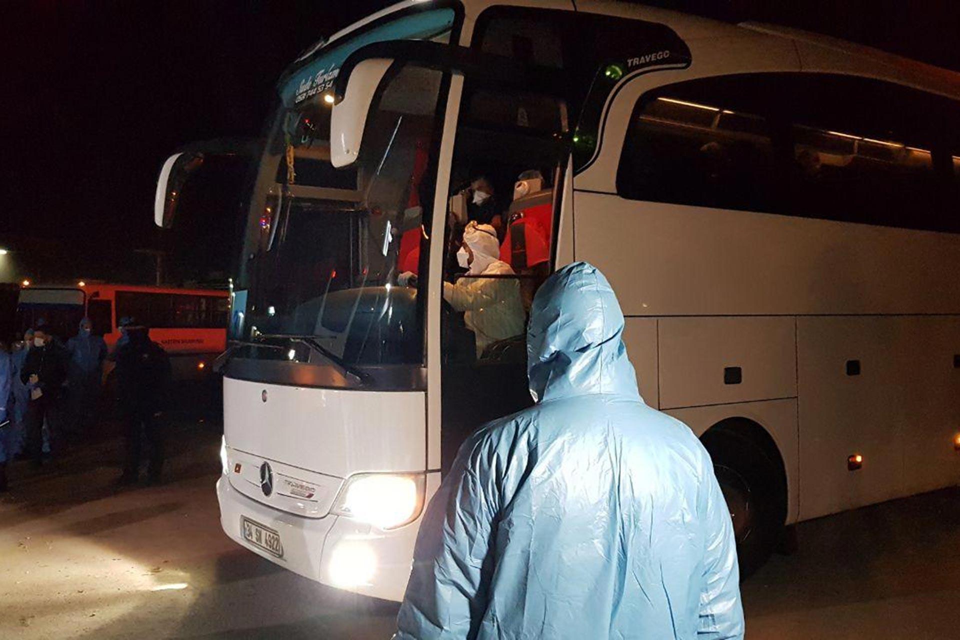 Yurt dışından uçakla İstanbul'a gelen yolcular, Kocaeli'deki KYK'ye bağlı Canfeda Hatun Öğrenci Yurduna yerleştirildi.