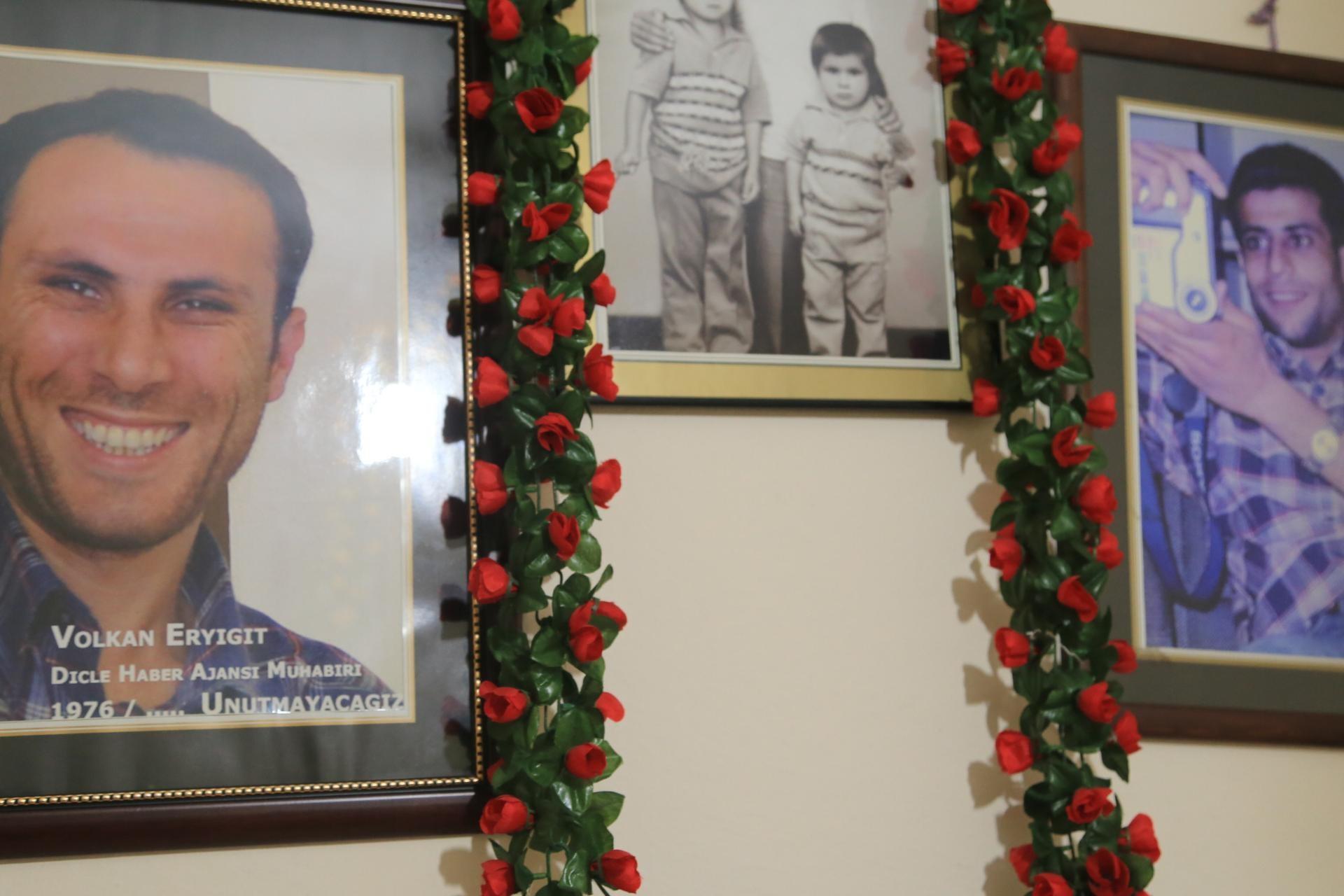 Hasan İşler ve Volkan Eryiğit'in duvara asılmış fotoğrafları