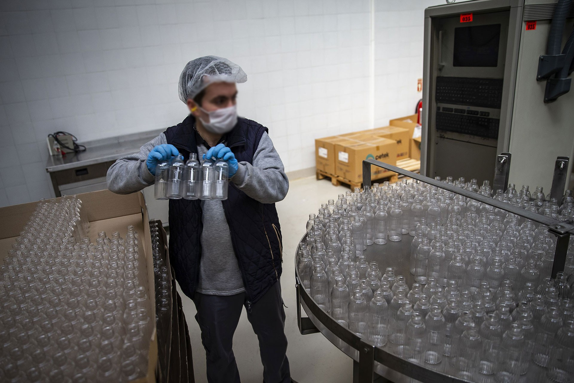 Fabrikada çalışan erkek bir işçi