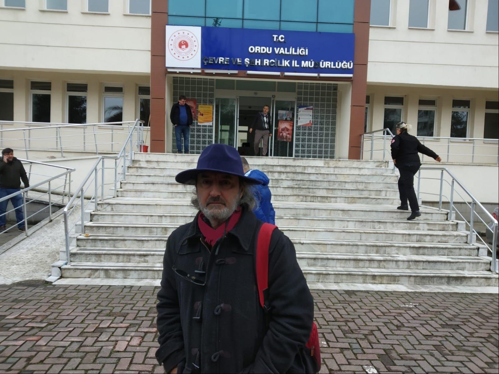 Ertuğrul Gazi Gönül Ordu Valiliği binası önünde verdiği poz
