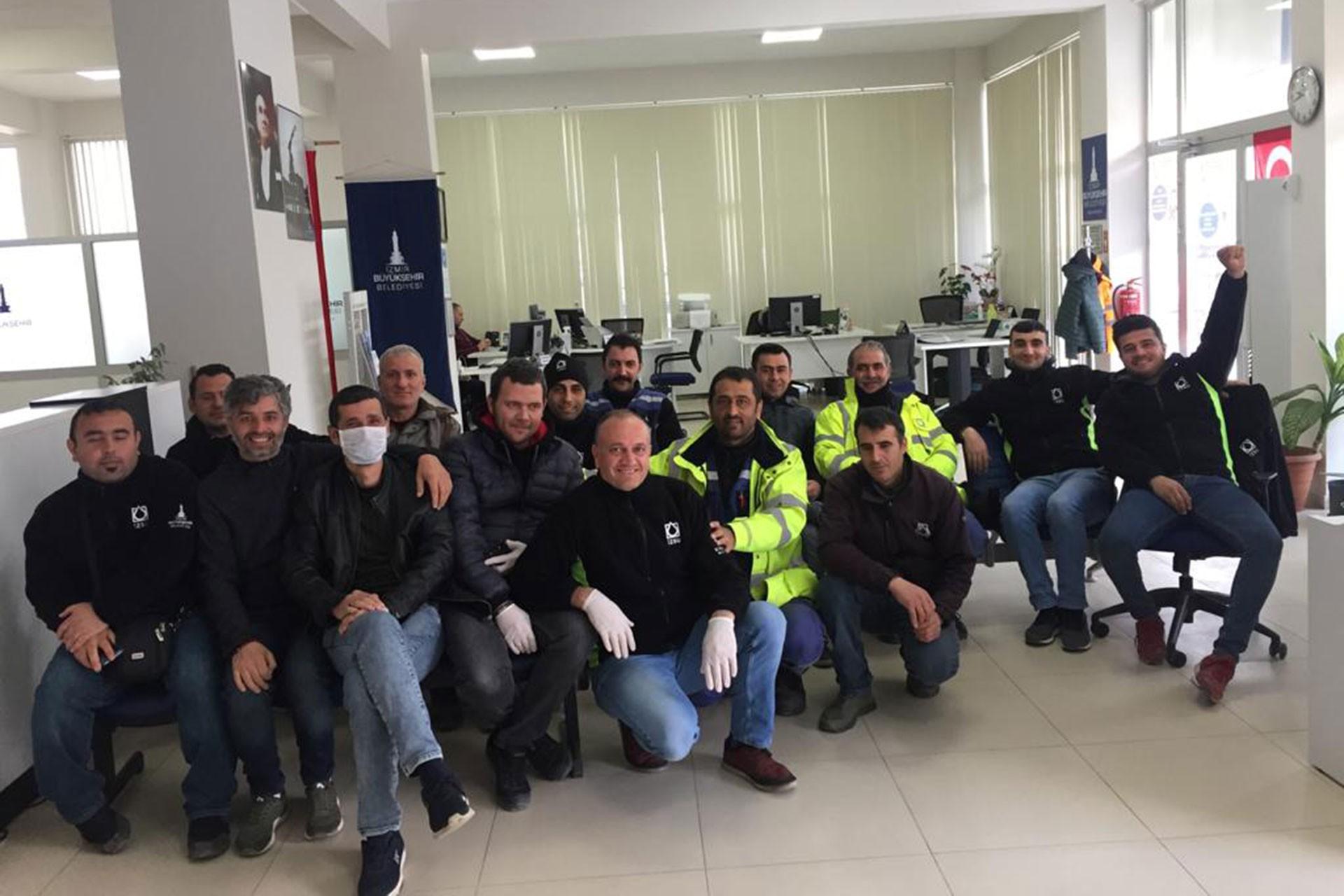 İzmir Büyükşehir Belediyesine bağlı İZSU'da işçiler koronavirüse dair alınmayan önlemlerden dolayı iş bıraktı