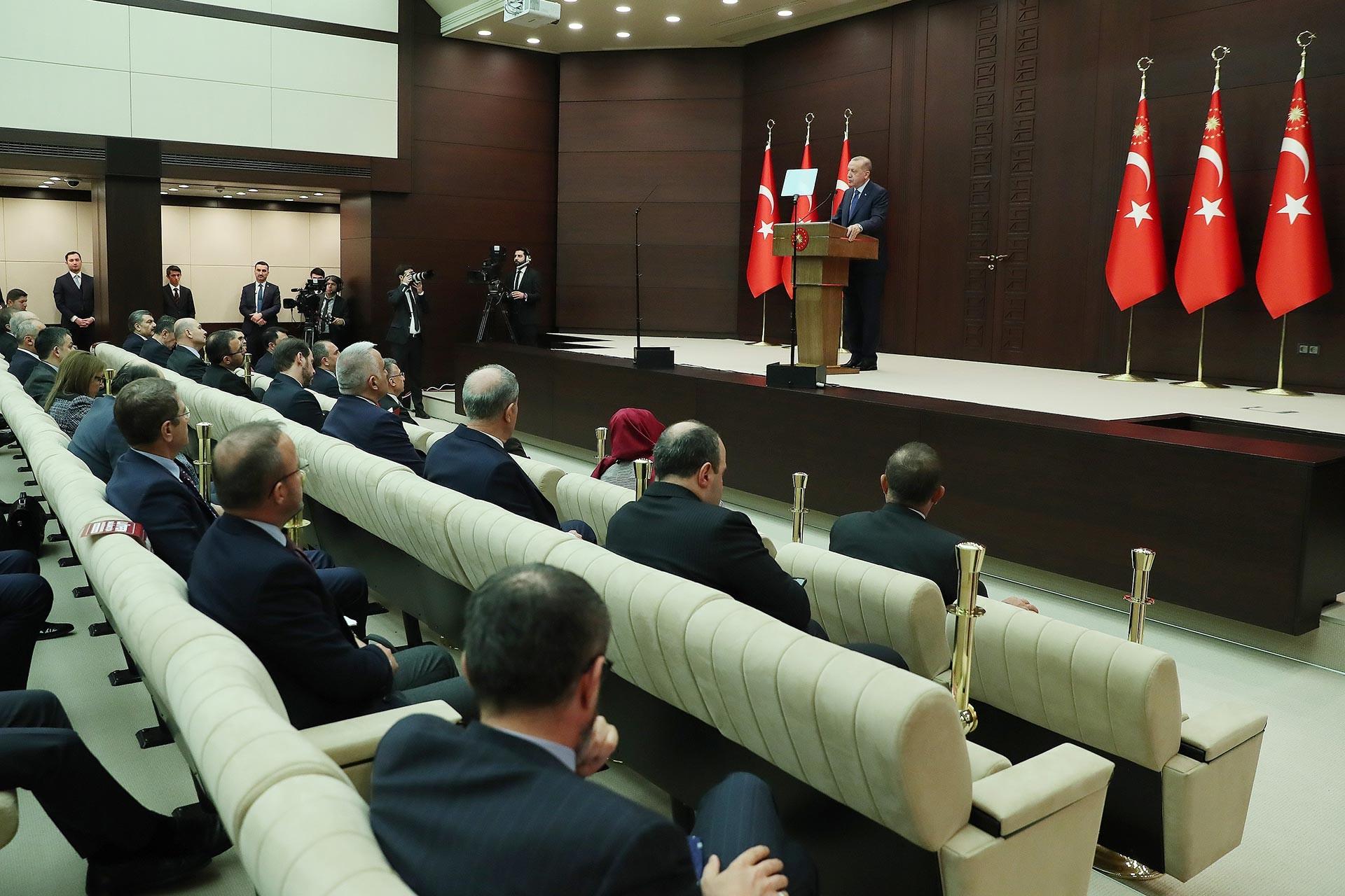 Cumhurbaşkanı Recep Tayyip Erdoğan, Koronavirüsle Mücadele Eş Güdüm Toplantısı sonrası açıklamalarda bulunurken.