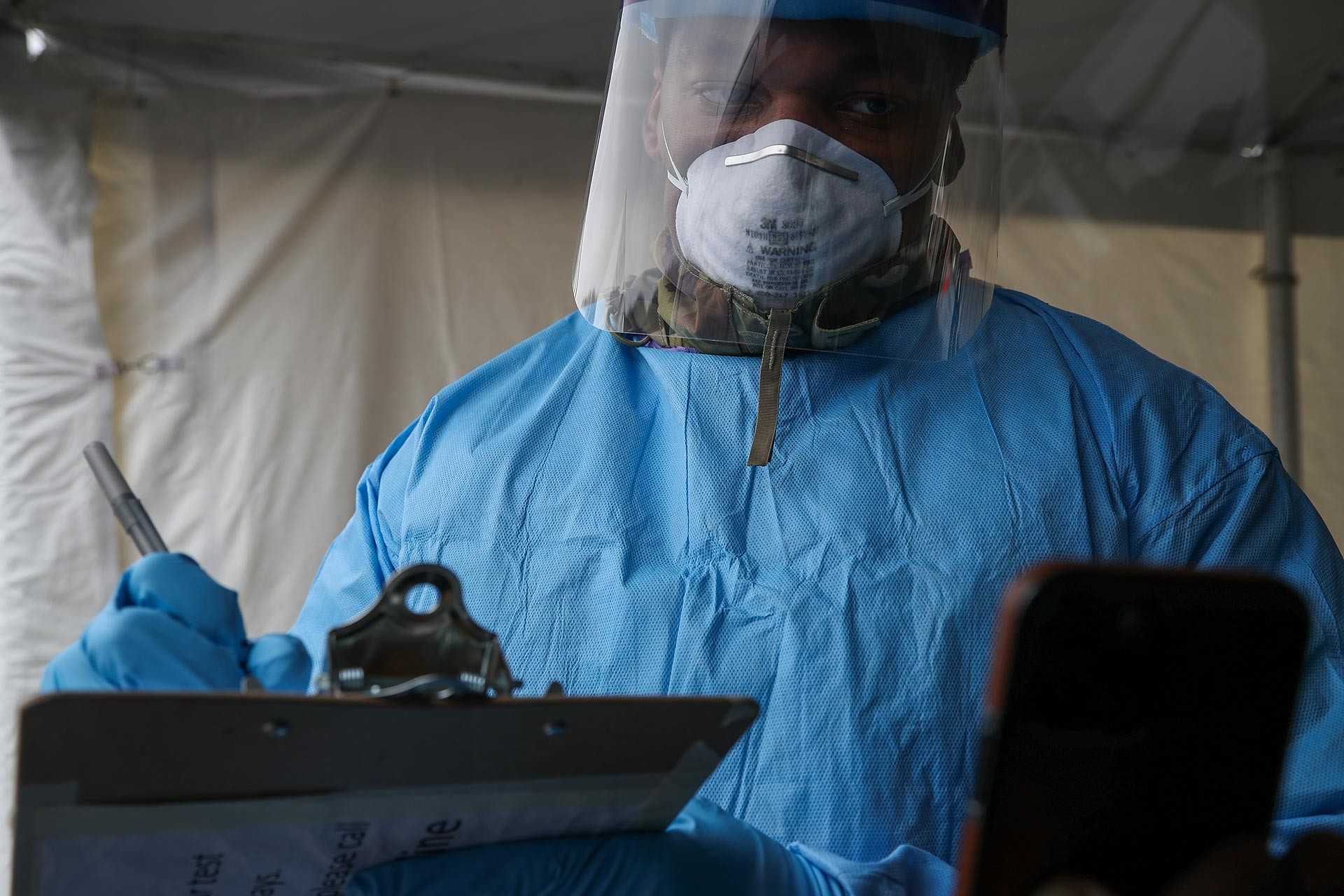 ABD'de halkı koronavirüs taramasına tabi tutan bir sağlık çalışanı.