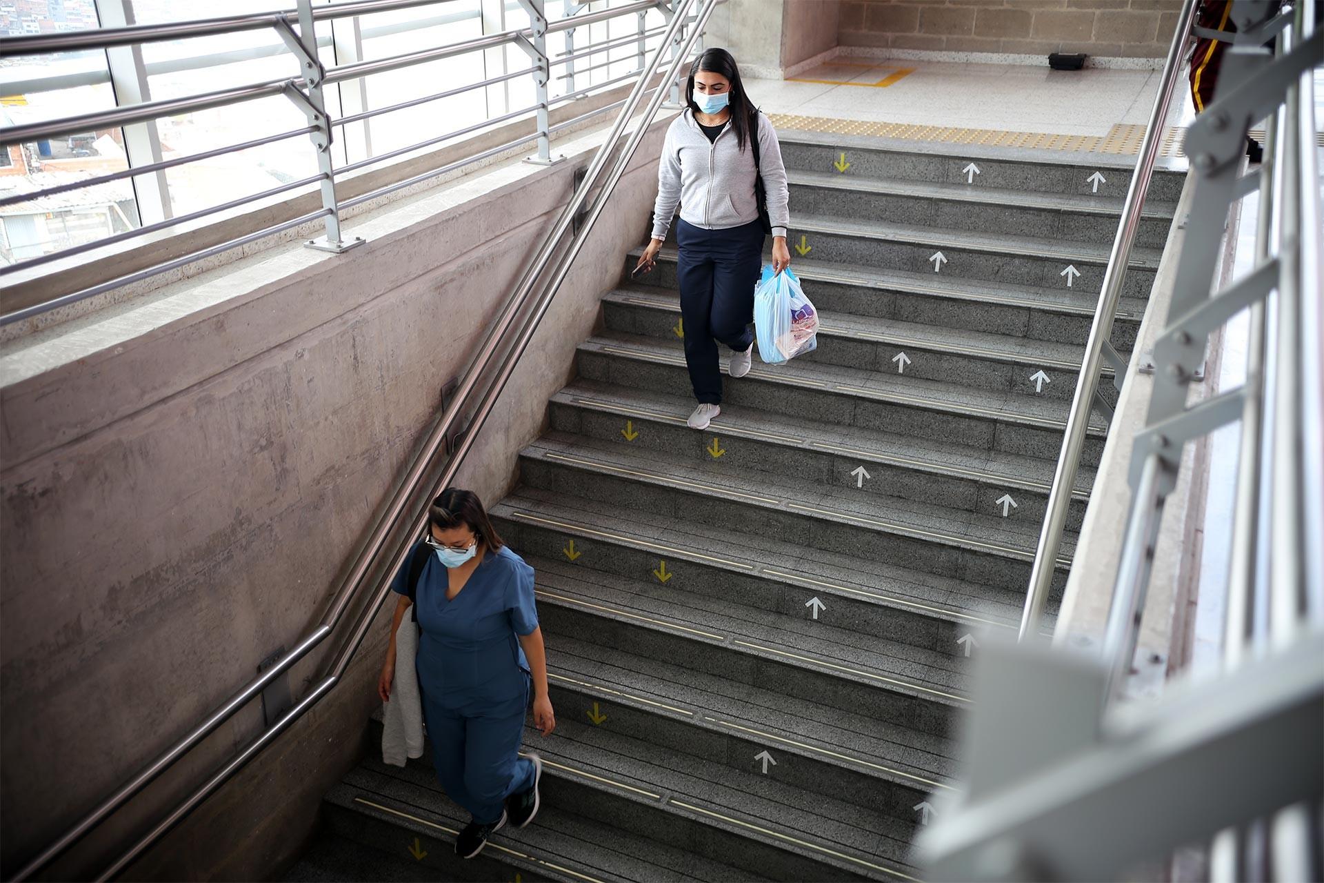 Pero'da merdivenlerden inen maskeli insanlar