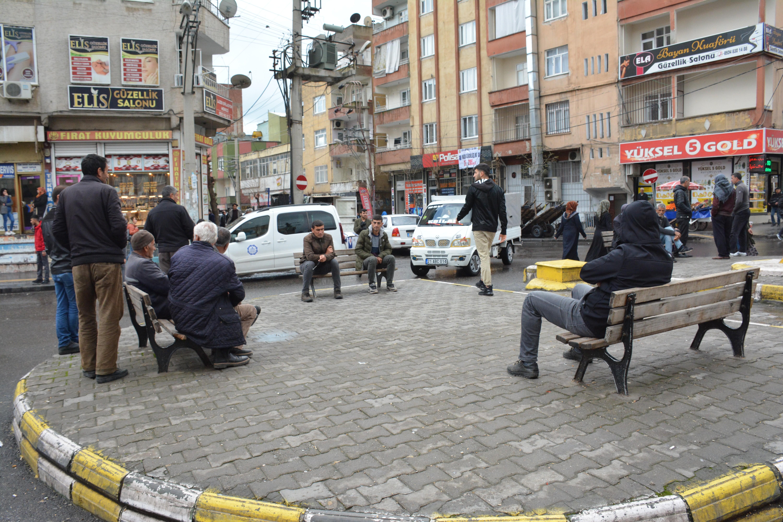 Diyarbakır'da sokakta oturan vatandaşlar