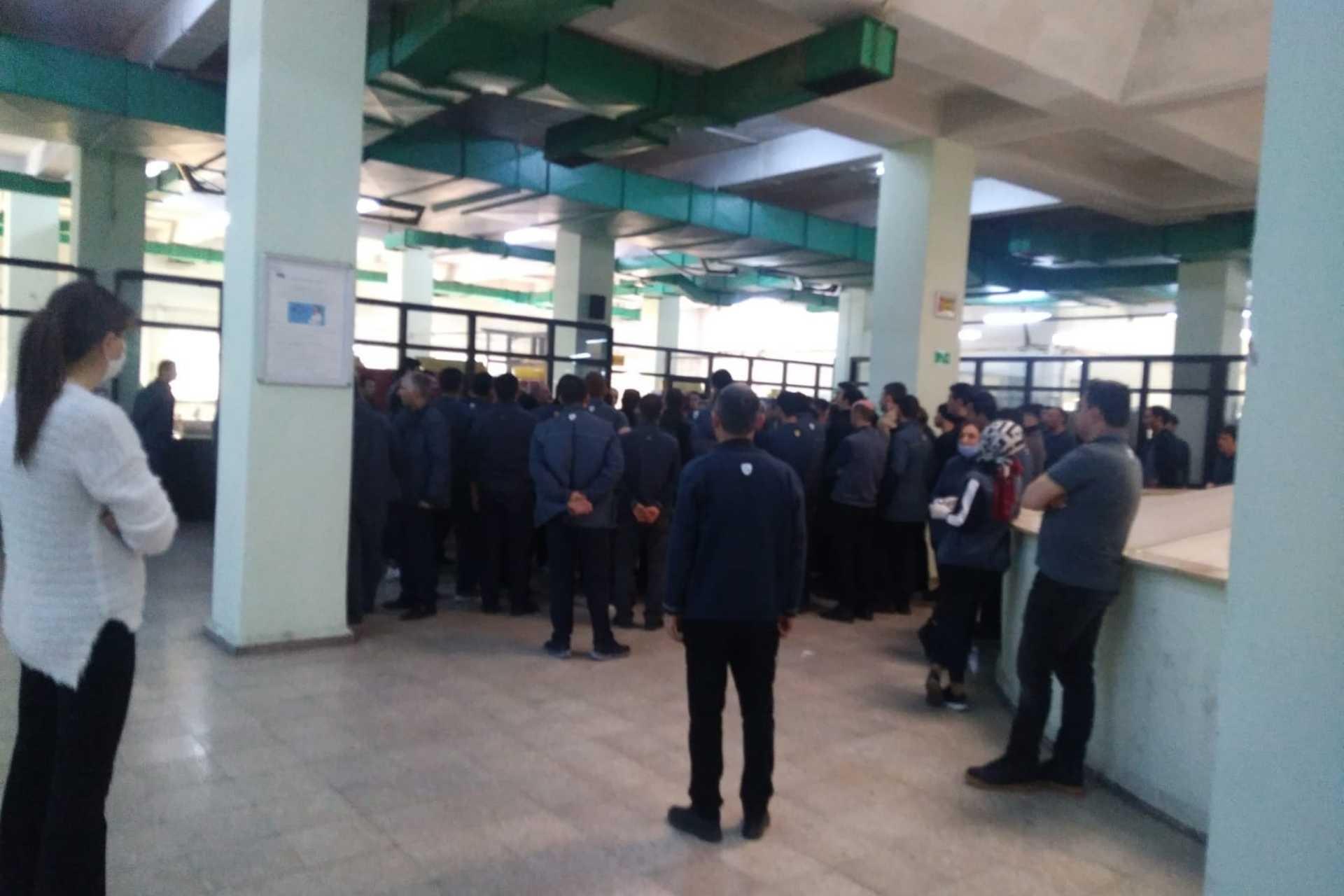 PTT'de koronavirüs salgınına rağmen çalışmaya zorlanan taşeron işçiler iş bıraktı.