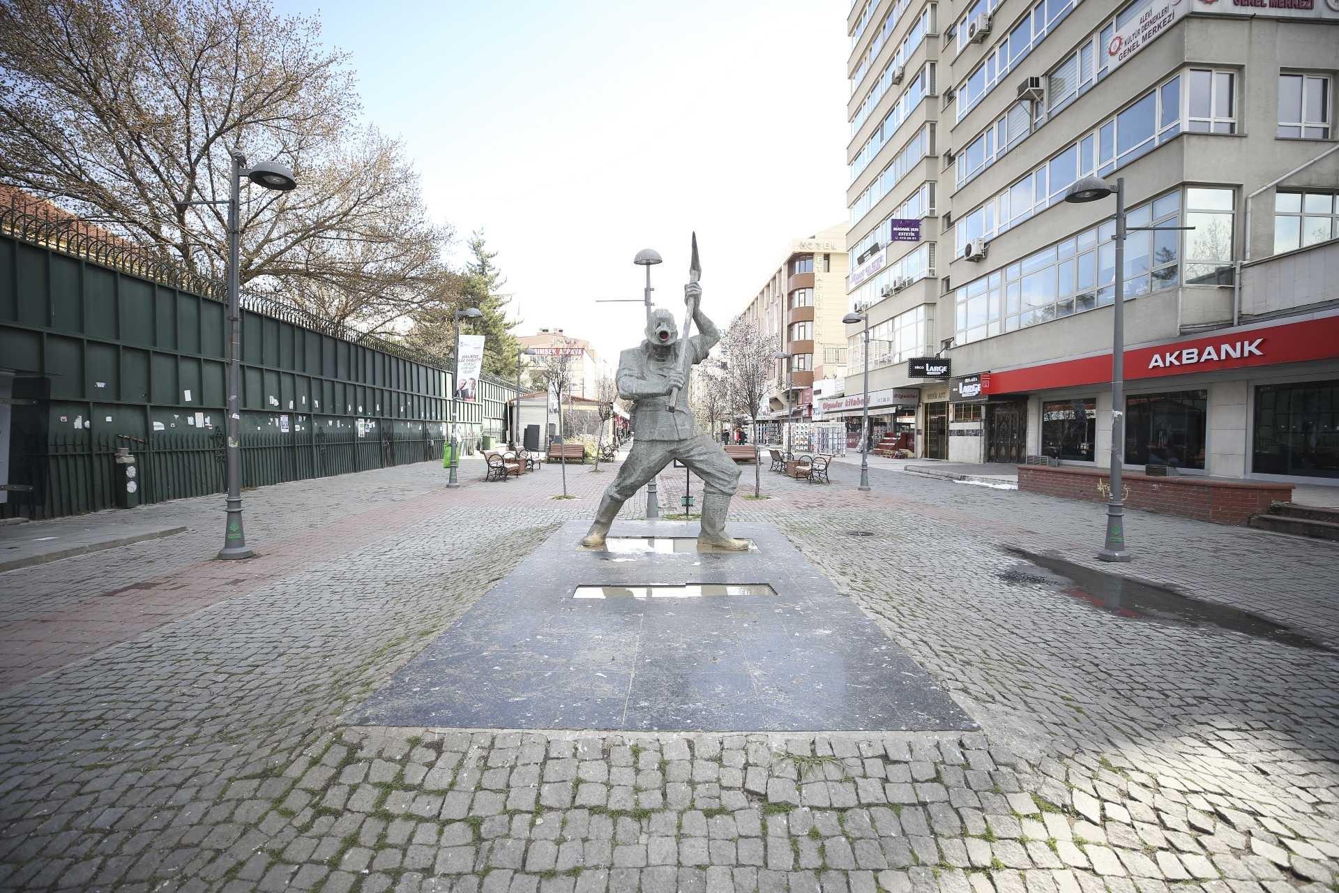 Ankara'da her zaman kalabalık olan madenci anıtının çevresi koronavirüs salgını dolayısıyla boş kaldı.