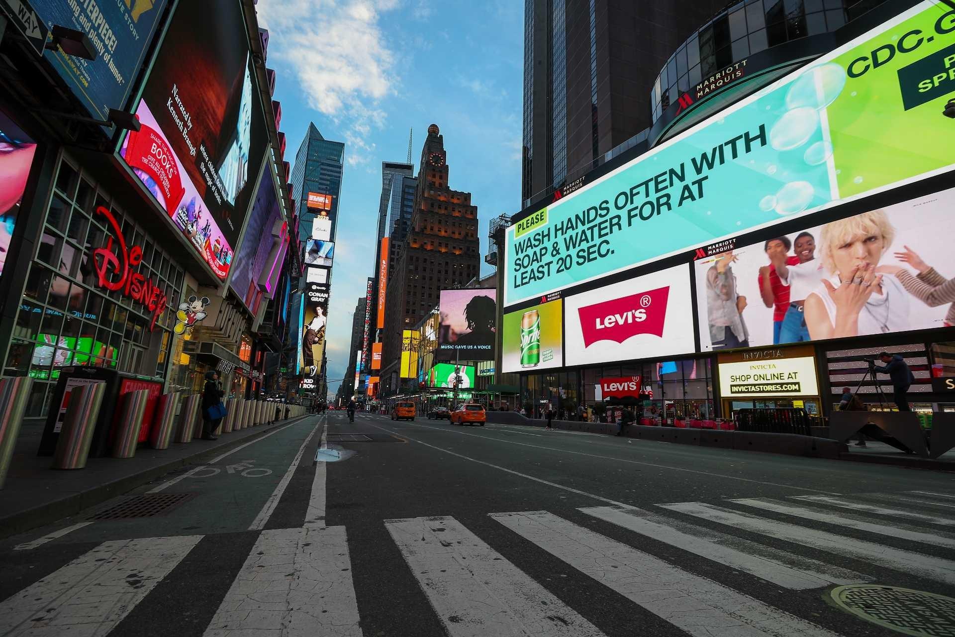 New York'ta zorunlu olanlar dışında bütün iş yerlerinin kapanması kararı alınacak.