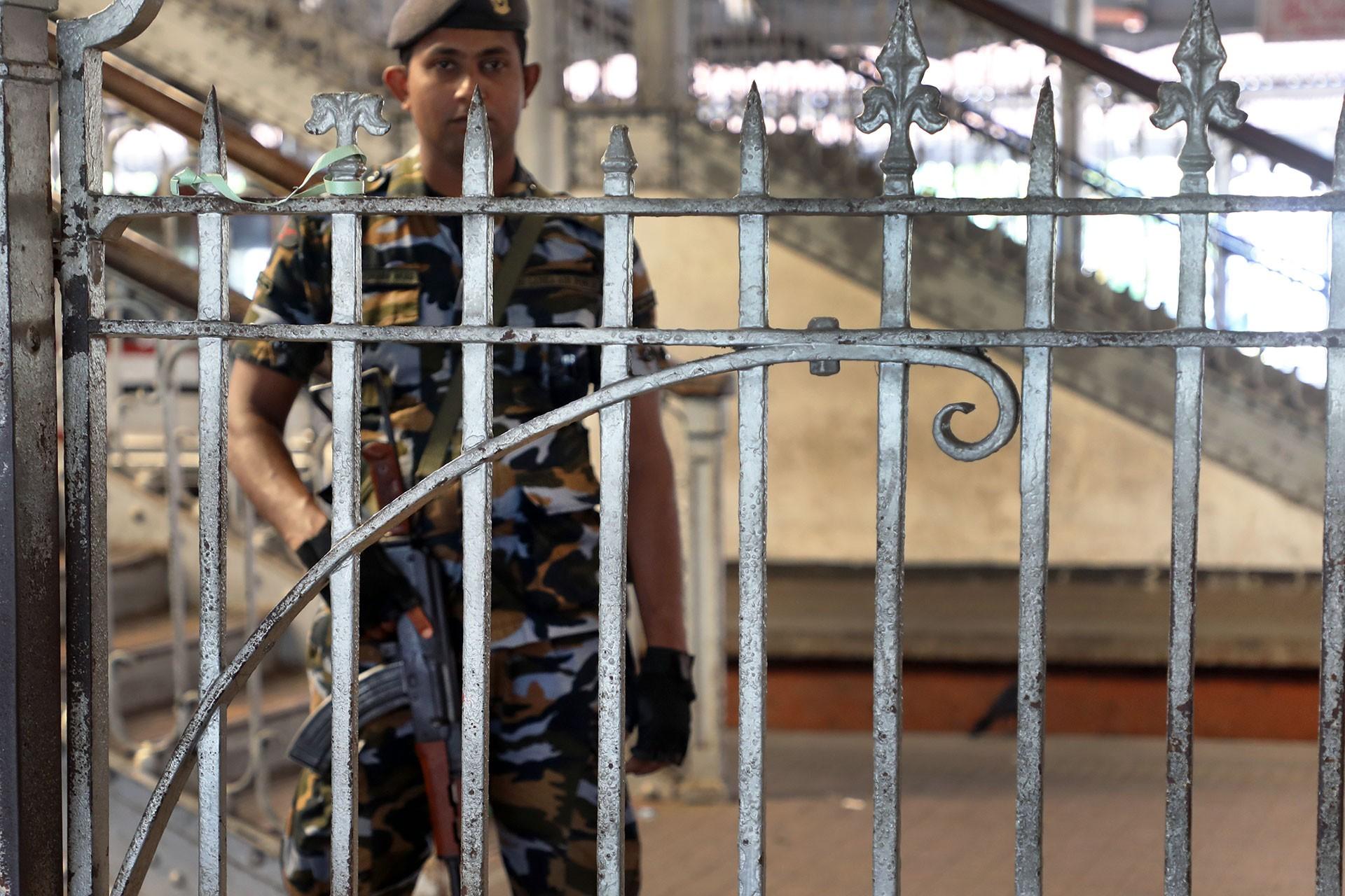 Sri Lanka hükümeti yeni tip koronavirüs (Kovid-19) nedeniyle ülke genelinde 2,5 günlük sokağa çıkma yasağı ilan edildi. Başkent Kolombo'daki otobüs terminalinin devriye gezen güvenlik güçleri harici boş olduğu görüldü.