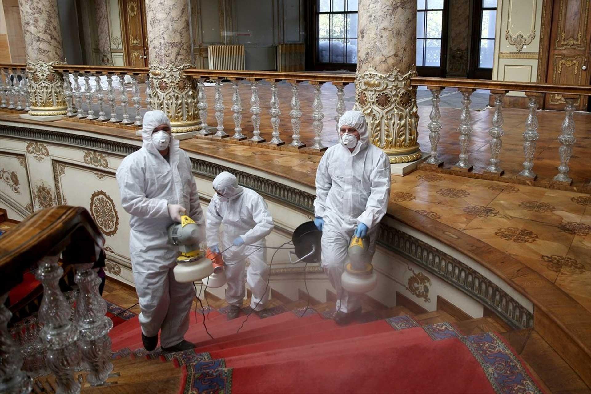 Dolmabahçe'deki dezenfekte çalışmaları.