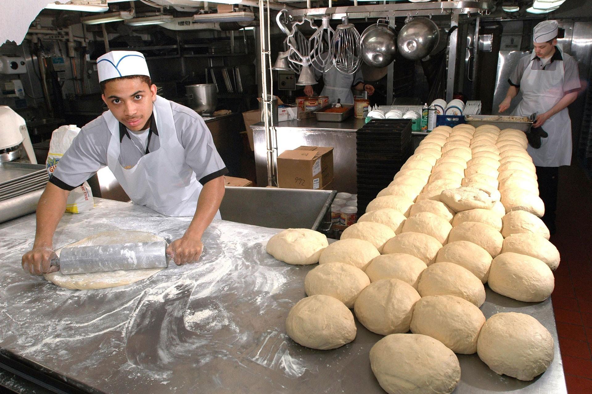 Ekmek yapan iki gıda işçisi