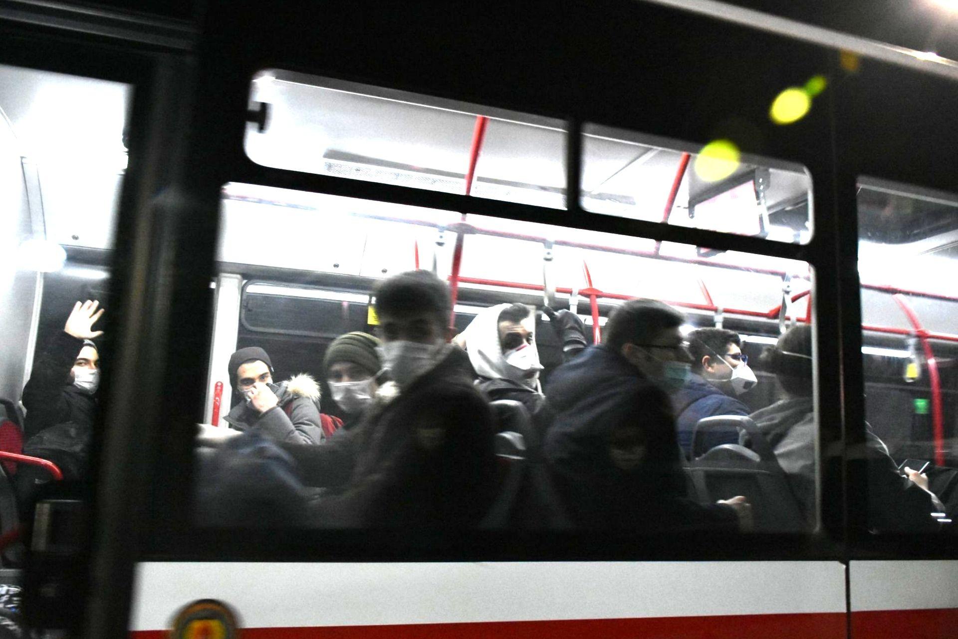 otobüs içinde insanlar