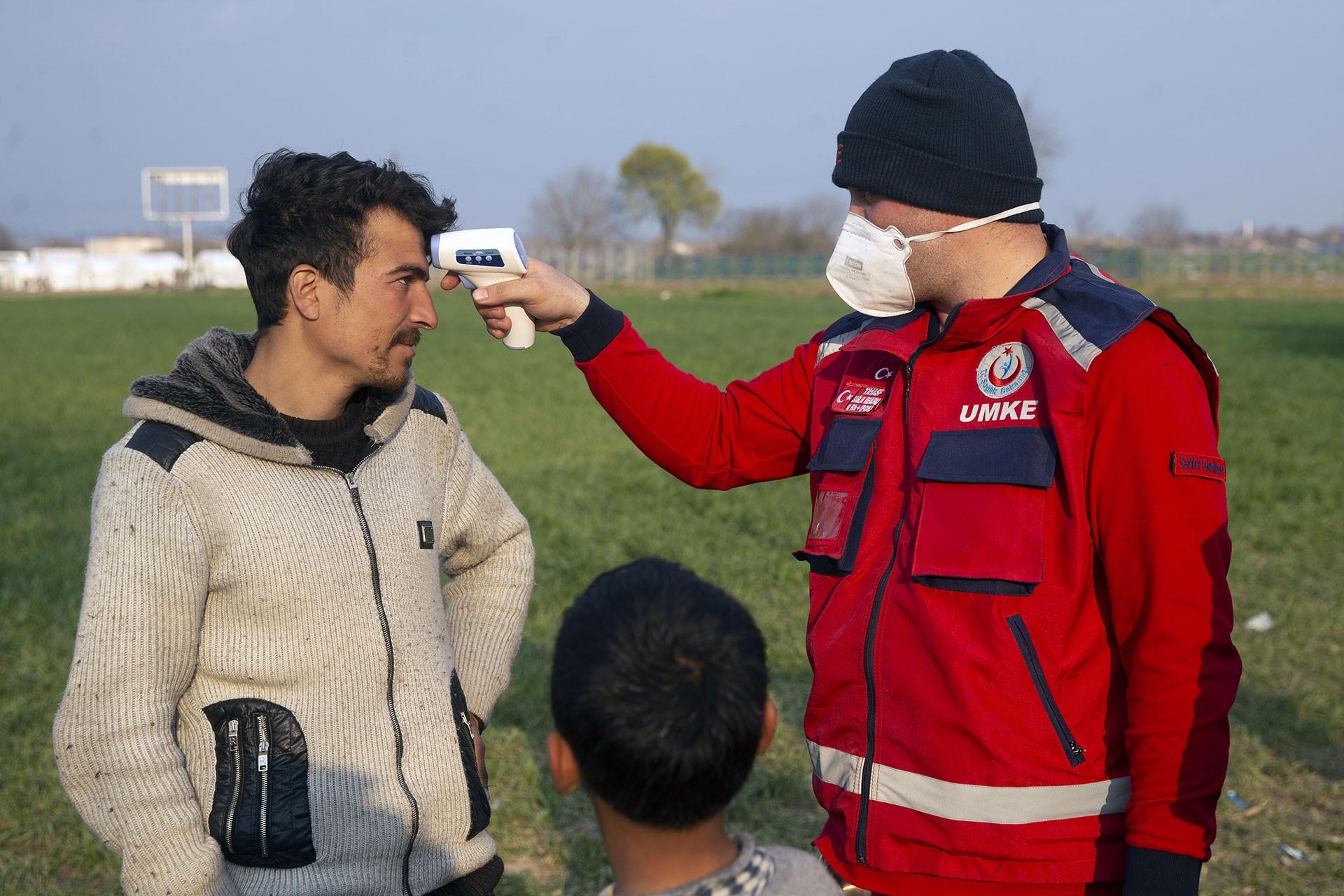 Sınırda ateş ölçer testi yapılan mülteci