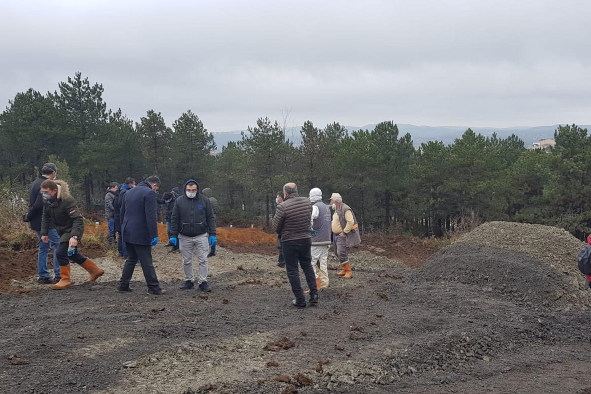 Mezarlık alanında toplanan insanlar