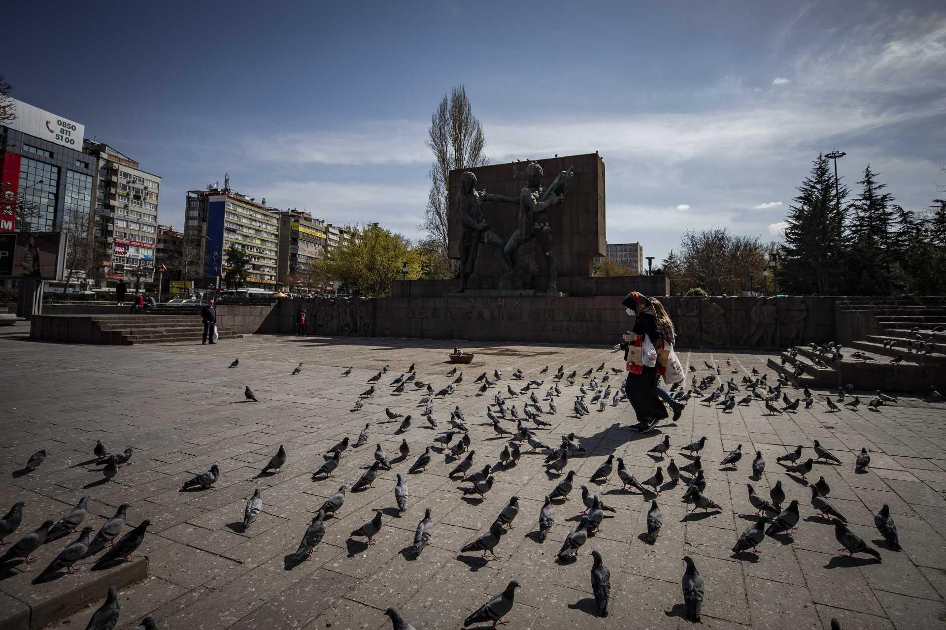 Ankara'da alınan koronavirüs (Kovid-19) tedbirleri sonrası kent merkezinde yüzlerinde maske ile yürüyen insanlar.