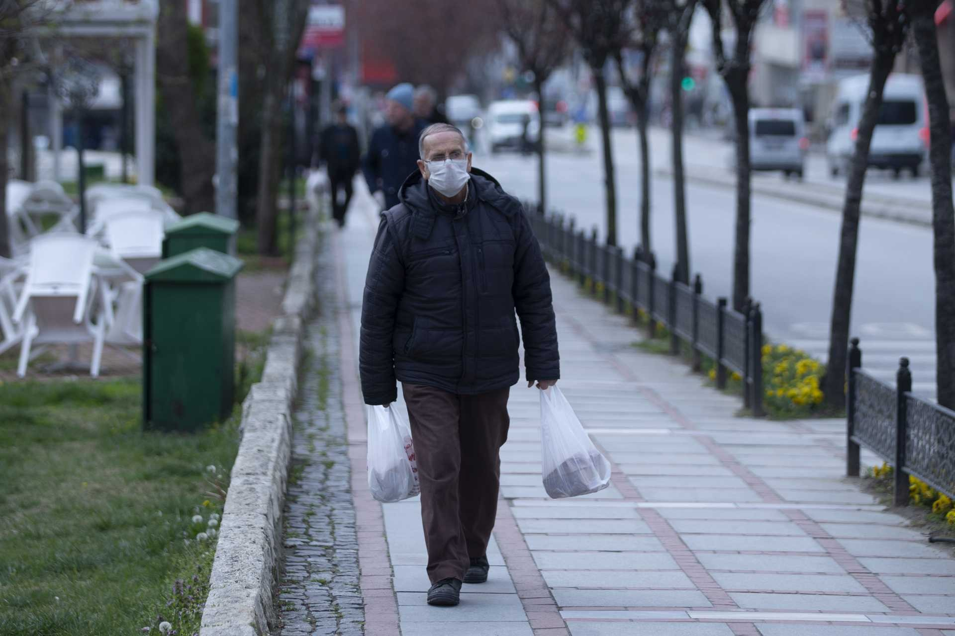Edirne'de koronavirüs (Kovid-19) salgını dolayısıyla alınan tedbirlerin ardından şehir merkezinde yüzünde maske ile yürüyen bir yurttaş.