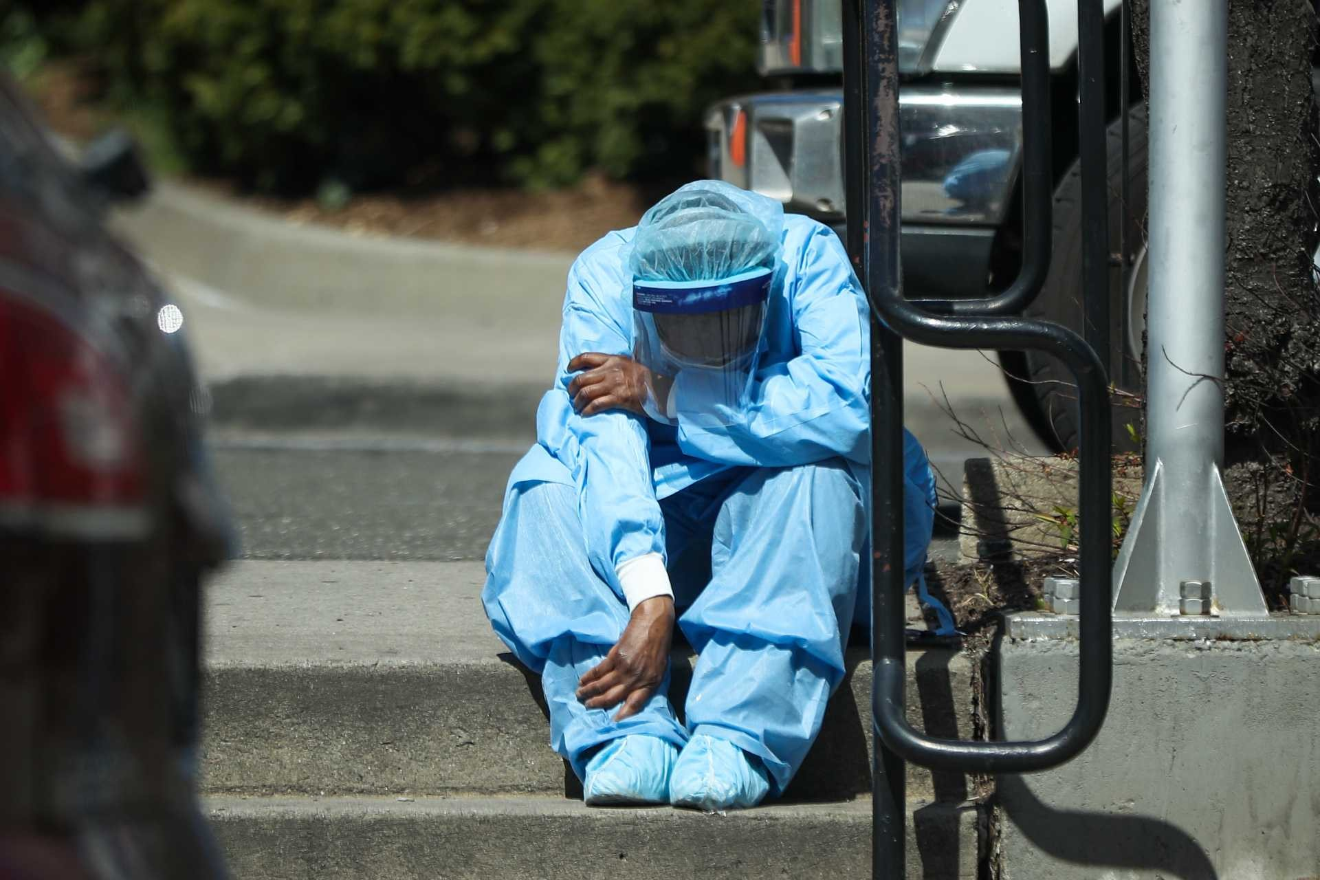 ABD New York'ta Brooklyn Hastanesinde koronavirüs (Kovid-19) hastalarına bakan bir doktorun hastane önünde yorgun olduğu gözlendi.