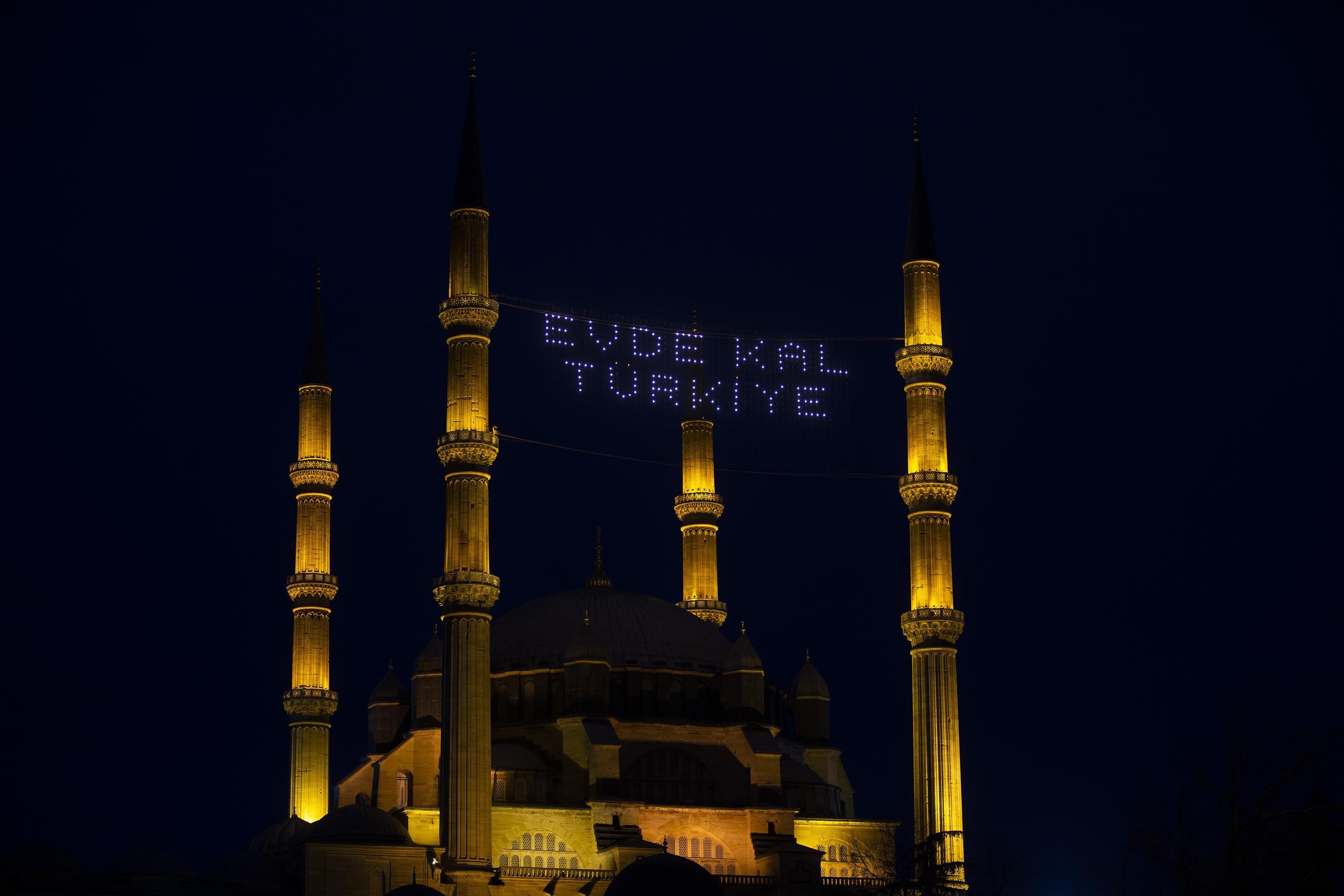 camii minarelerinin arasına yazılmış