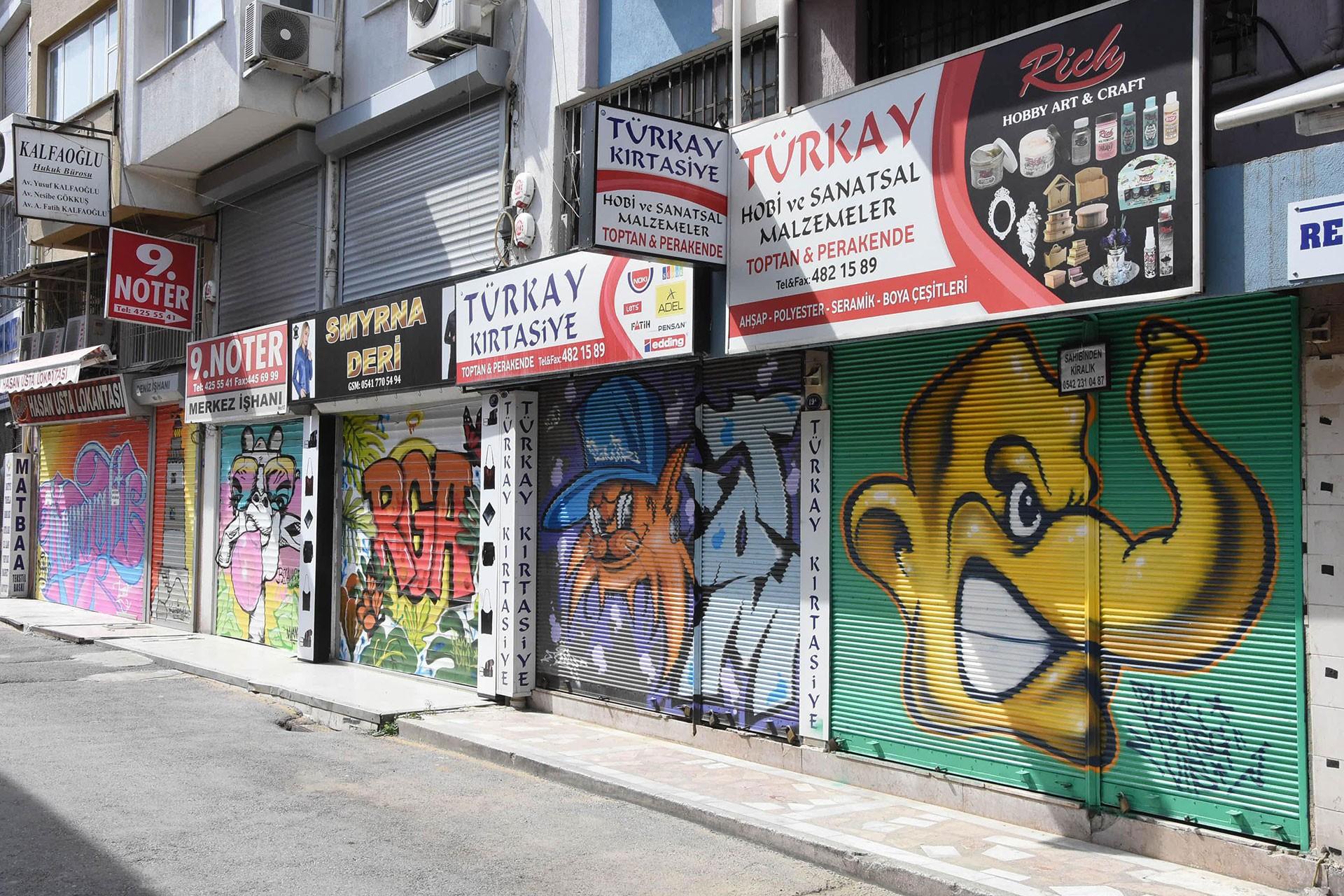 Kemeraltı Çarşısı'ndaki iş yerlerinin kepenklerine çizilen grafitiler.