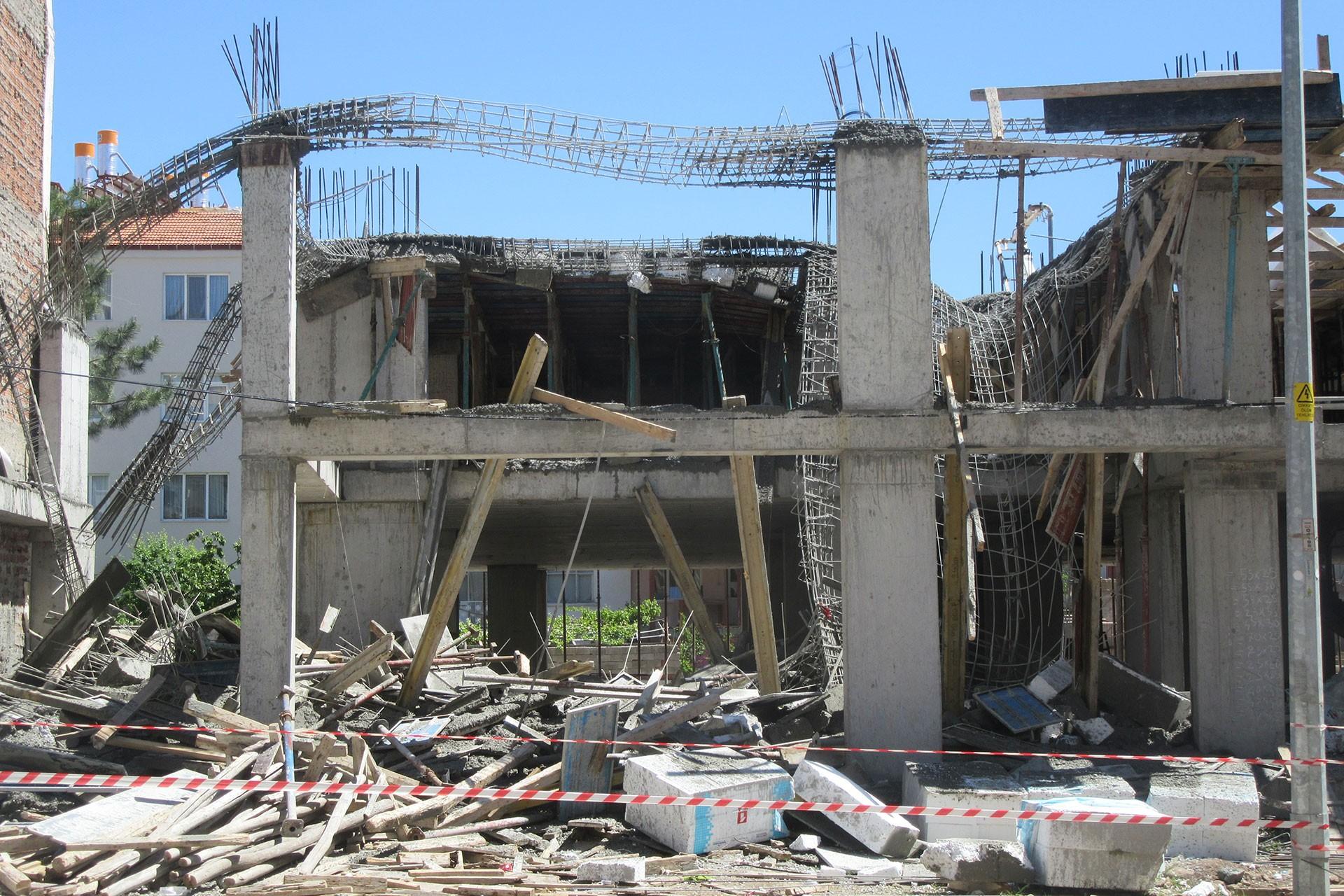 Üst betonu çöken inşaat