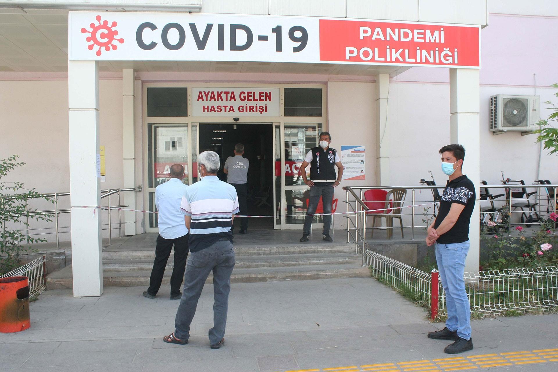 Kovid-19 pandemi polikliniğinin önünde sıra bekleyen işçiler