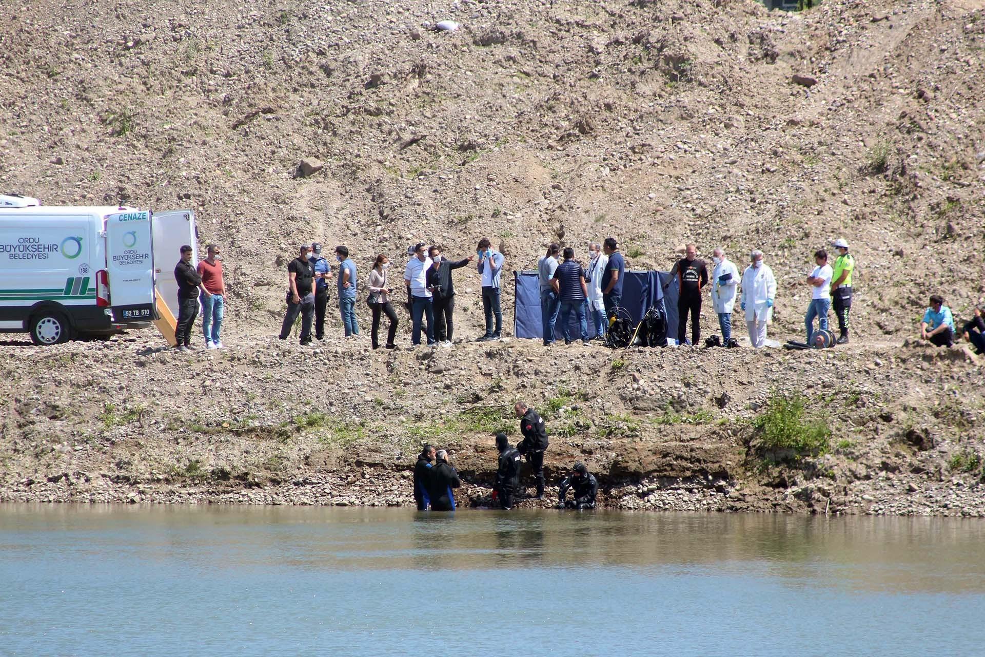 Melet Irmağı kenarında arama ekiplerinin bekleyişi