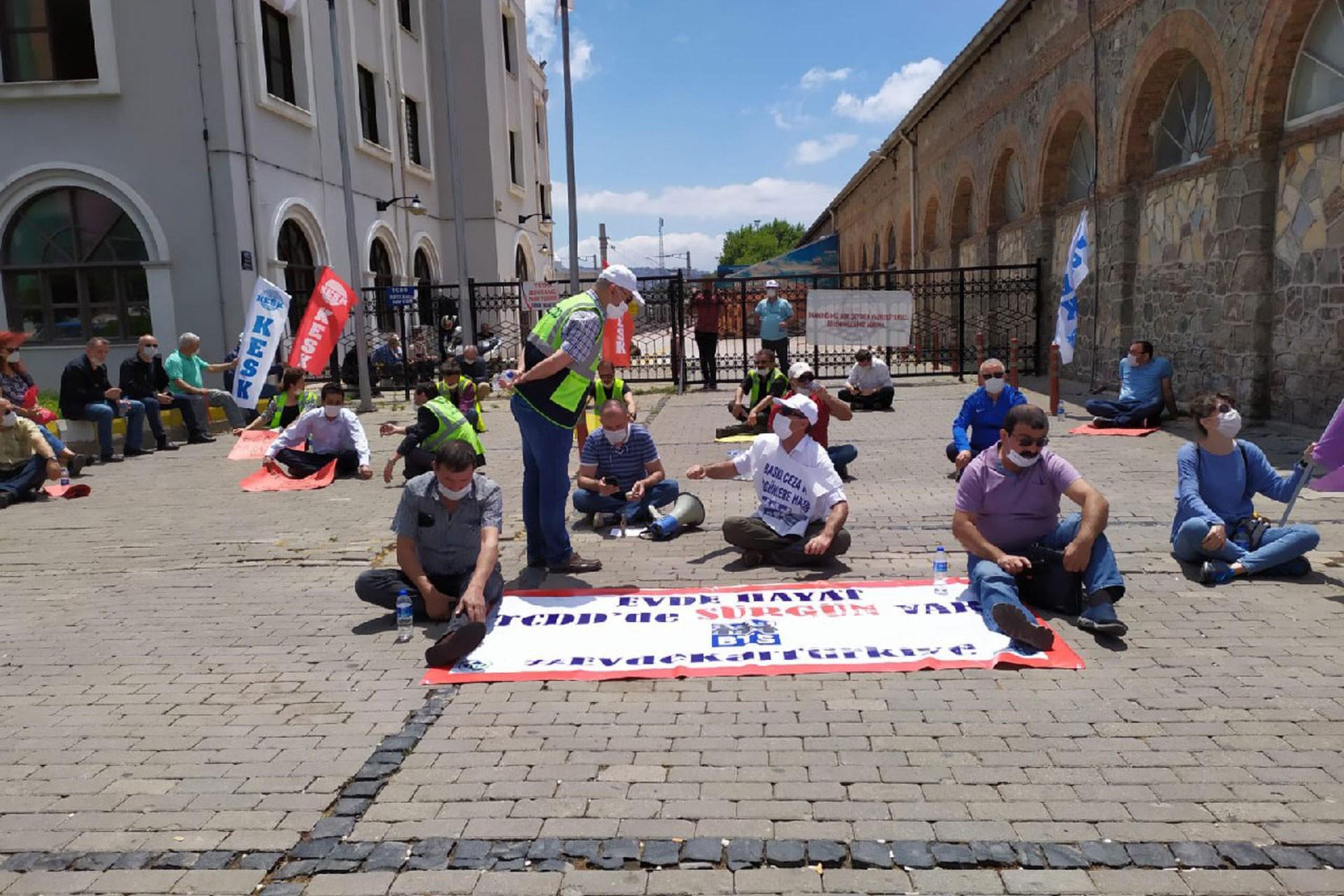 BTS İzmir Şubesi sürgünlere karşı alsancak gar önünde oturma eylemi yaptı