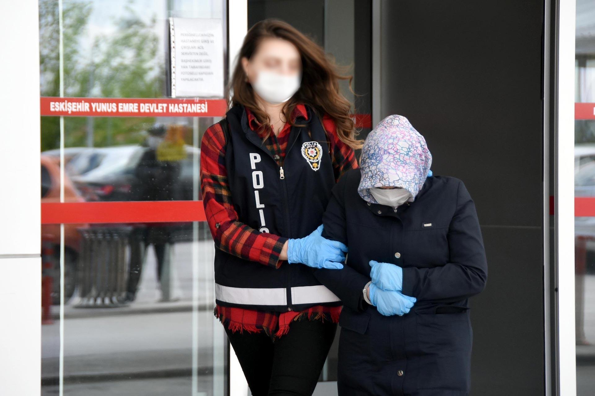 Eskişehir'de 14 yaşındaki kızına cinsel istismarda bulunduğu için tutuklanan kadın polis memuru eşliğinde hastaneden çıkarılırken.