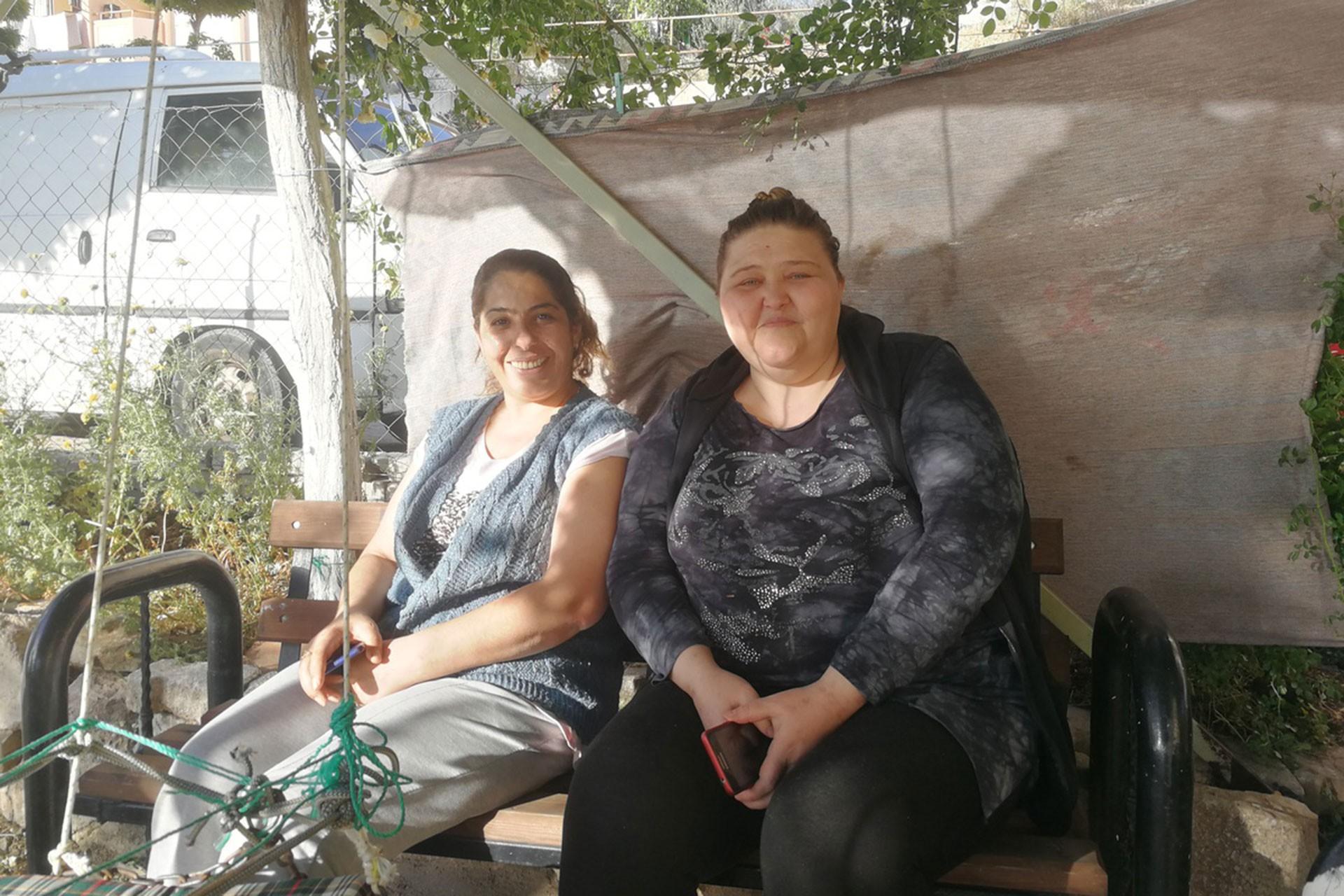 Yan yana oturan iki kadın